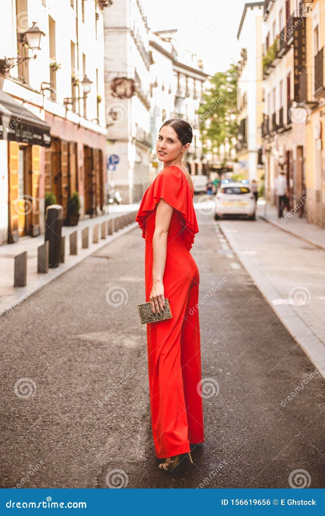 Una Bella Donna Brunetta, Con I Capelli Color Topo ...