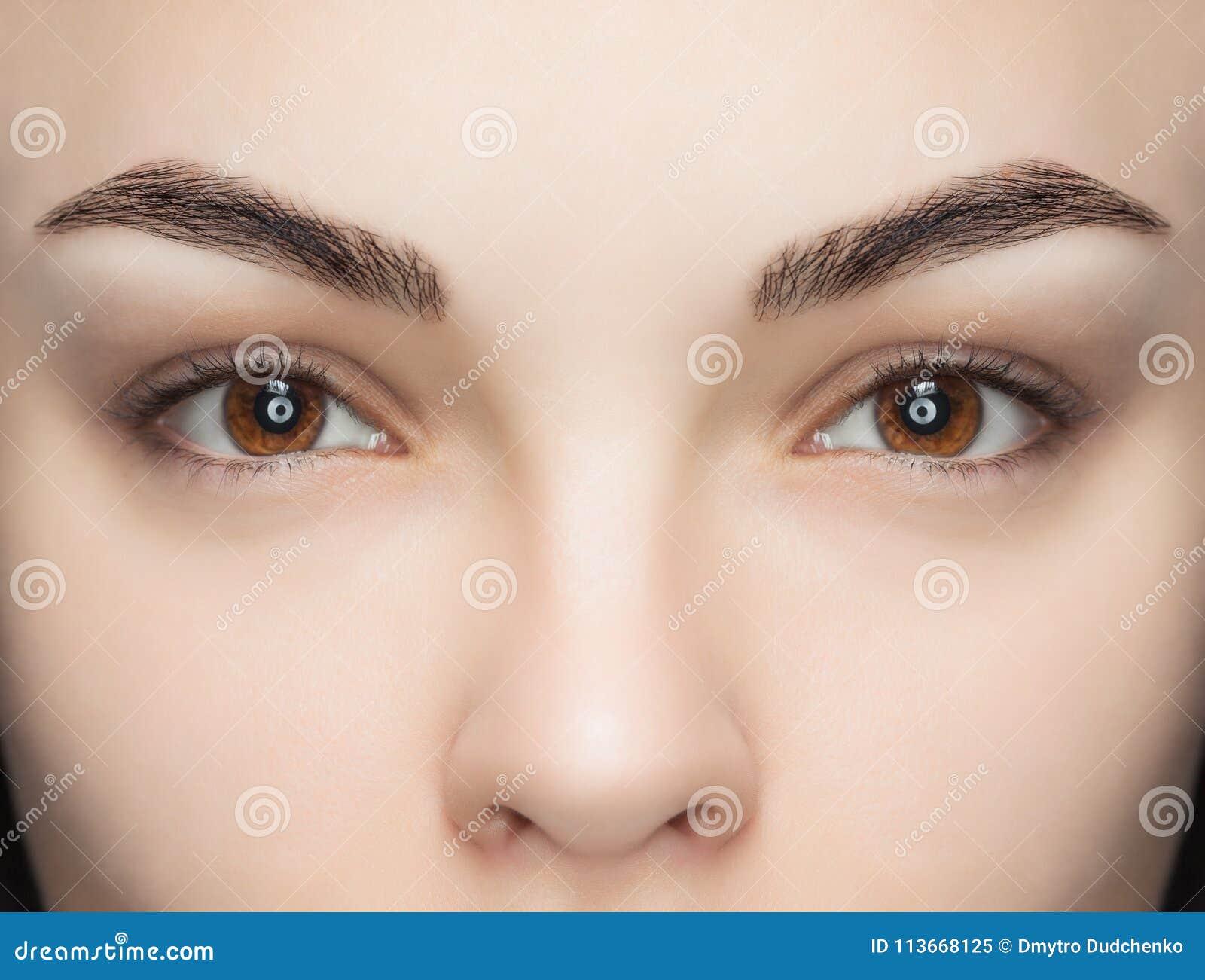 Una bella donna con i cigli unextinguished in un salone di bellezza