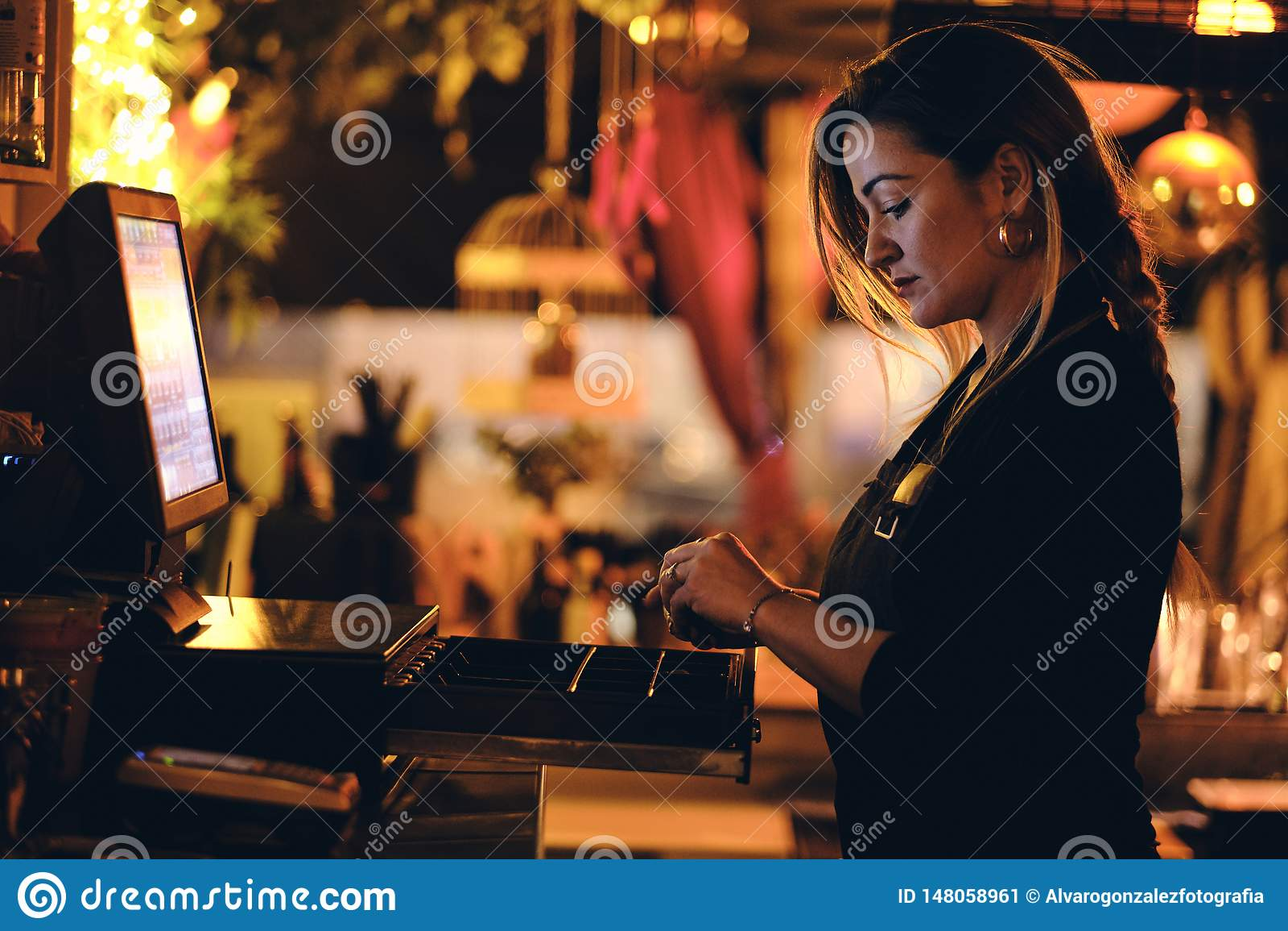 Una bella giovane donna allo scrittorio in un ristorante