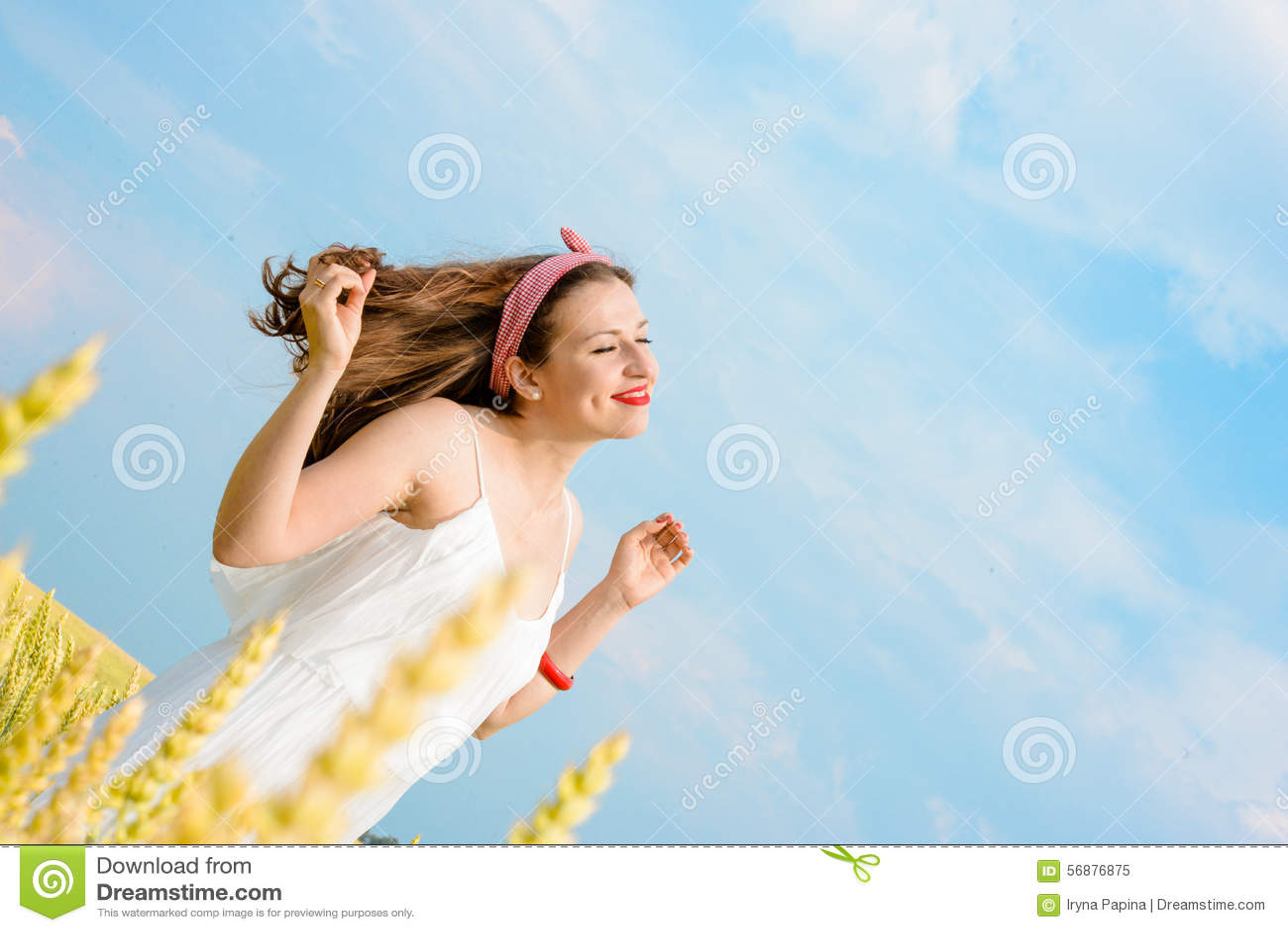 Una bella giovane donna su un giacimento di grano