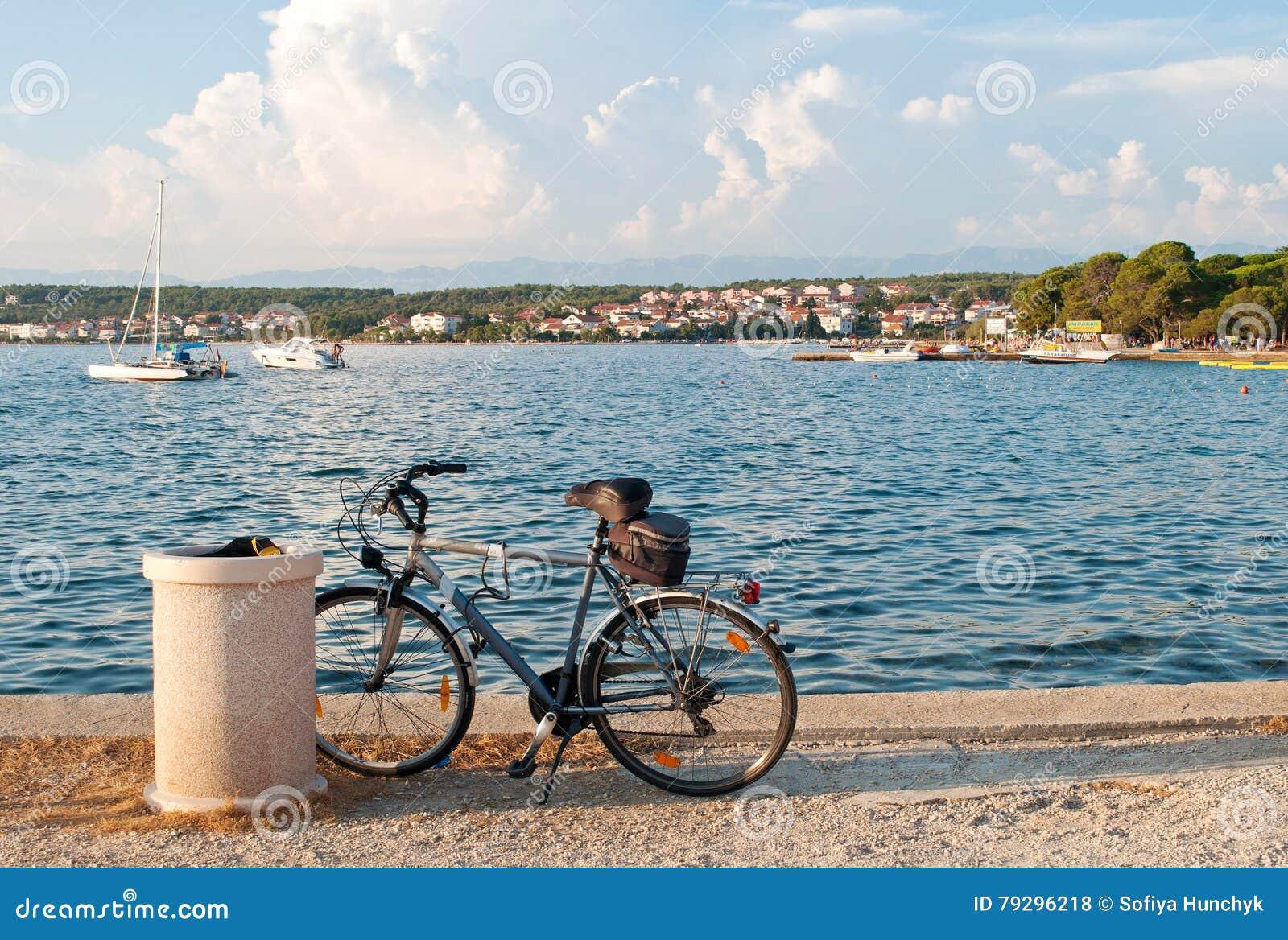 Una Bicicletta Che Sta Vicino Al Mare Fotografia Stock Immagine Di