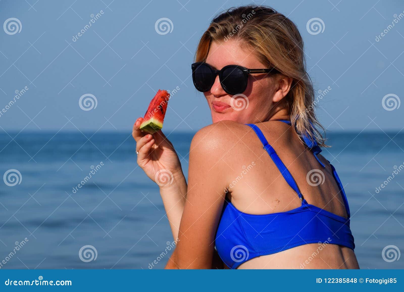 Un'anguria In Da Bionda Una Mangia Dal Occhiali Mare Sole rdWBoxCe
