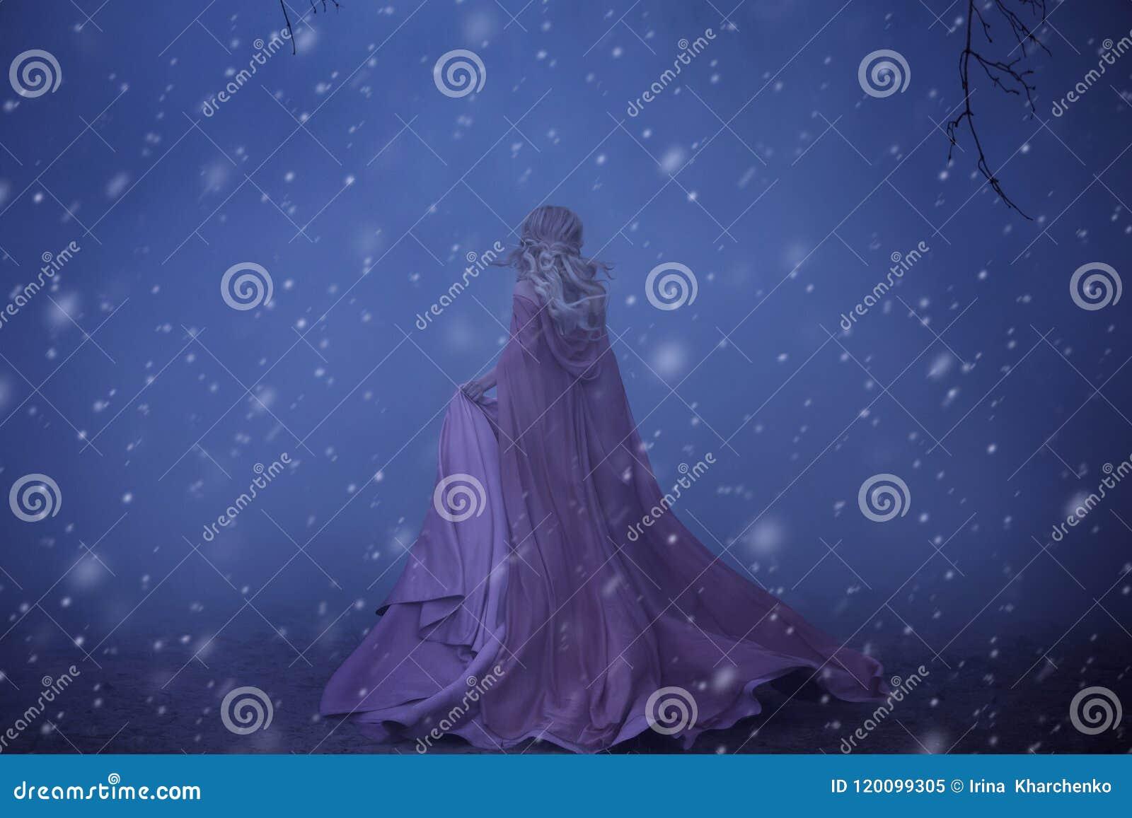 Una bionda spaventata della ragazza funziona in una nebbia spessa Sull elfo, su un vestito rosa lussuoso con un treno lungo e su