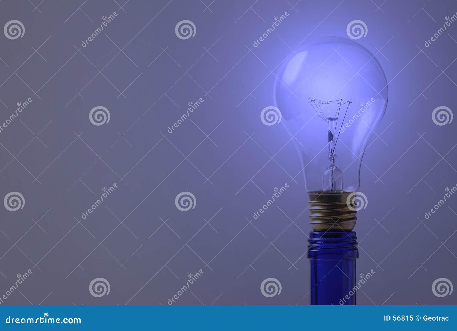 Una bombilla azul en la botella azul