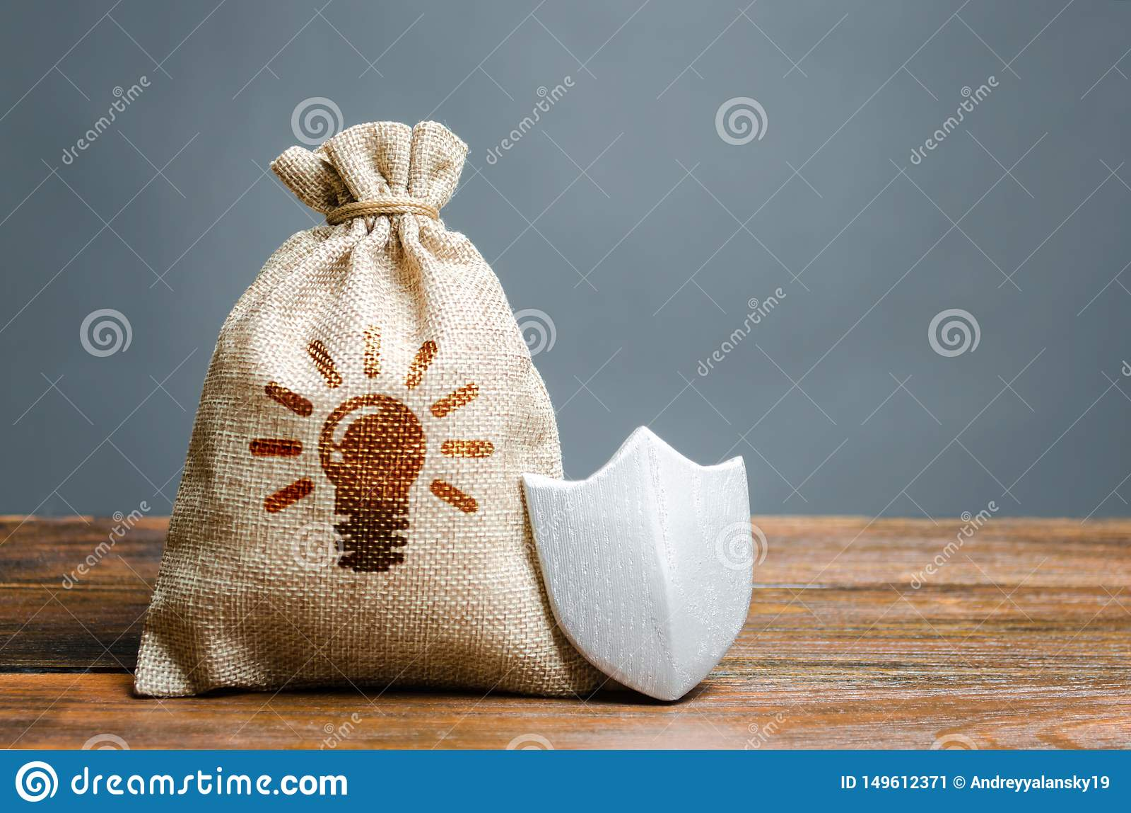 Una borsa con le idee o brevetti e uno schermo Il concetto di protezione del copyright e dei brevetti per le invenzioni Non rivel