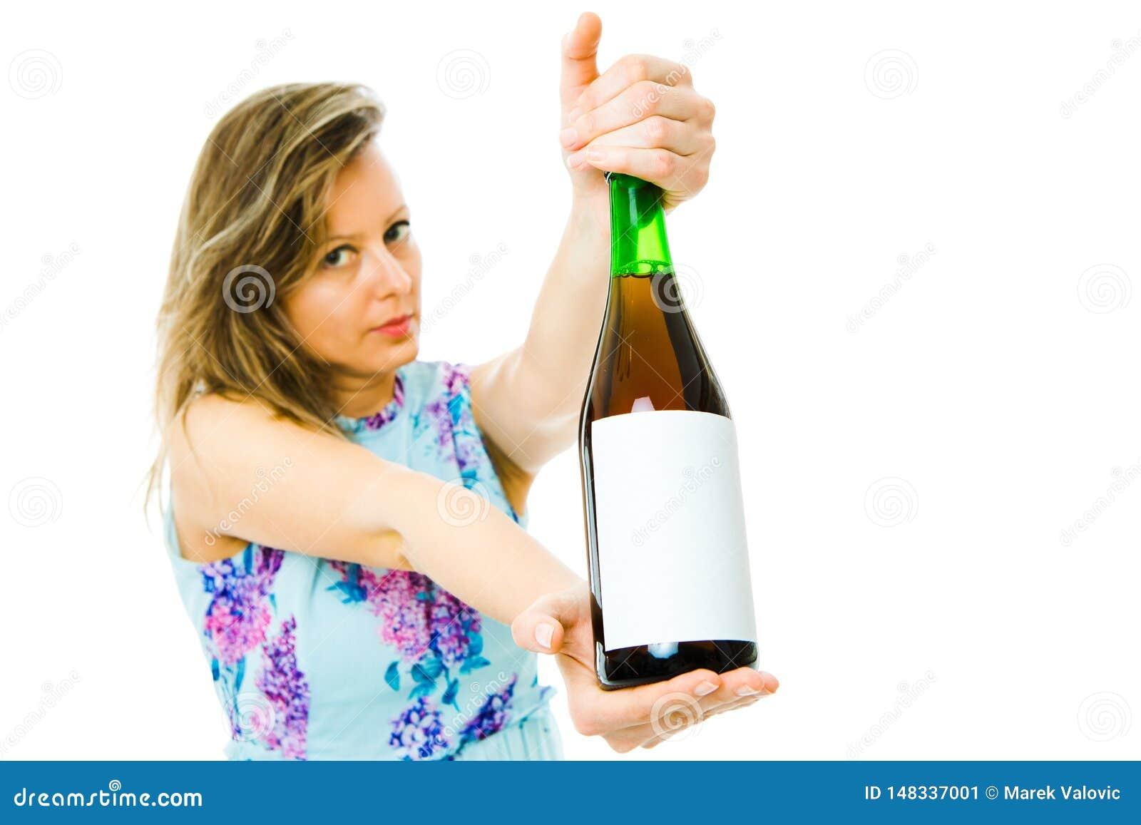 Una botella de la demostración de la mujer de vino espumoso rojo con etiqueta en blanco