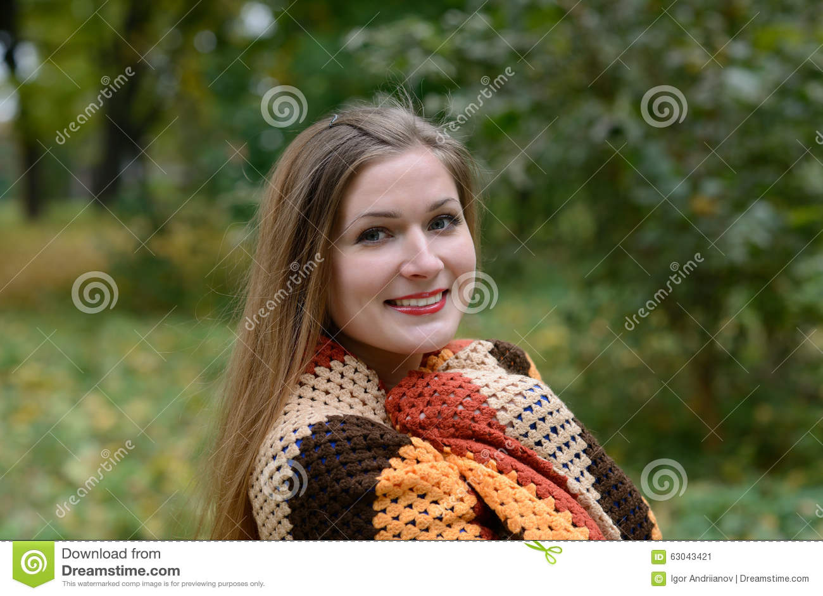 Una bufanda calienta a la mujer joven