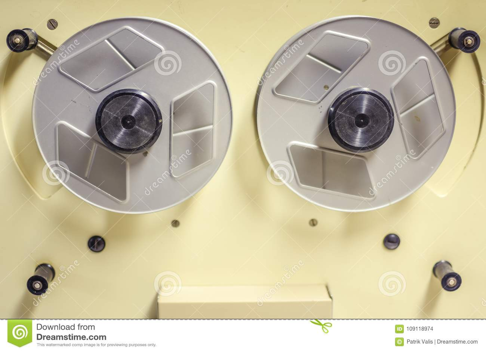 Una cámara de película vieja en un cine