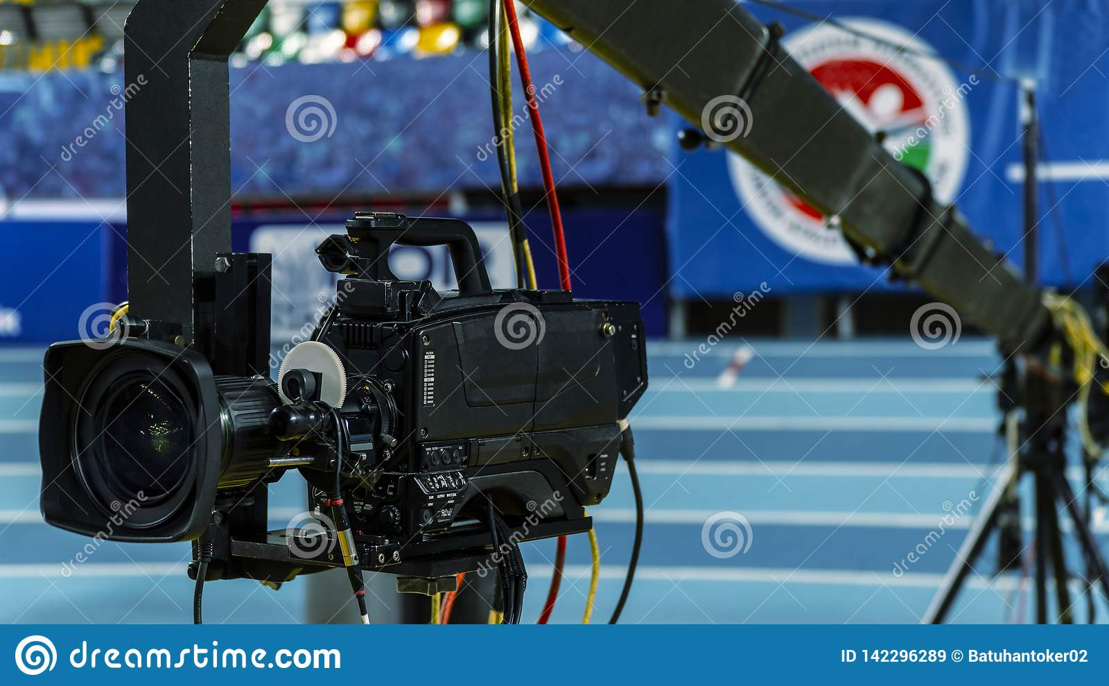 Una cámara de televisión en una grúa fuera del estudio La cámara de vídeo que cuelga en la grúa se prepara