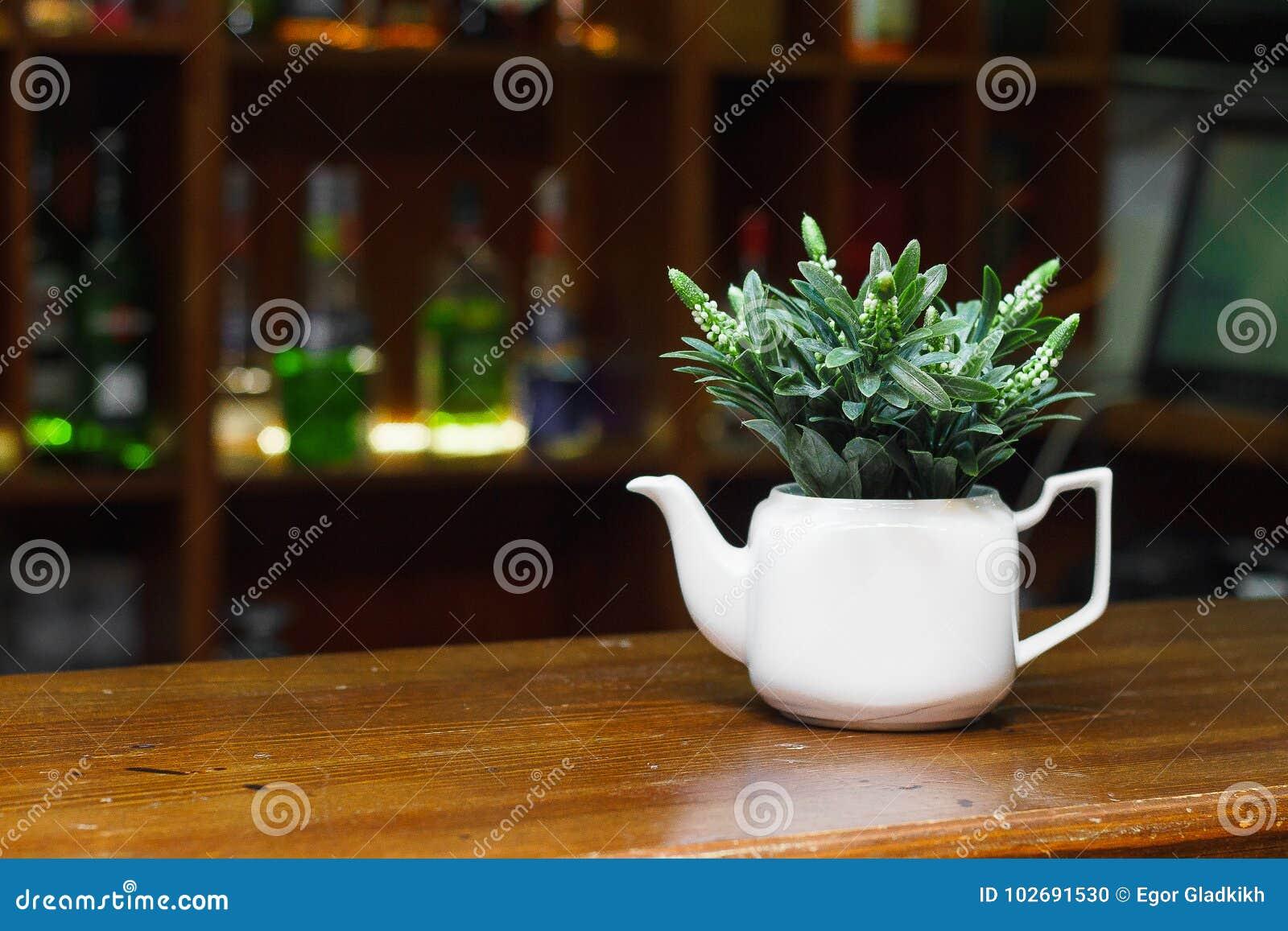 Una caldera blanca fina para la decoración de la tabla