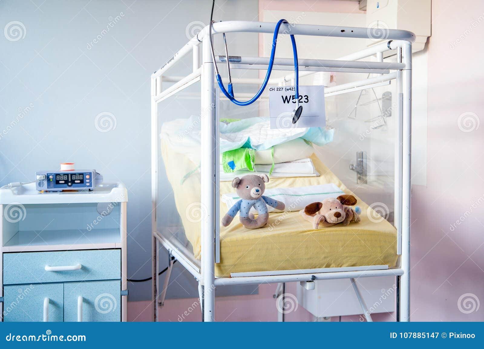 Una cama de hospital del ` de los niños enfermos antiguos blancos