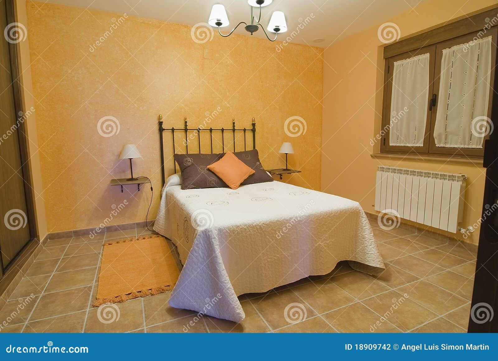 Una Camera Da Letto Arancione. Fotografia Stock - Immagine di ...