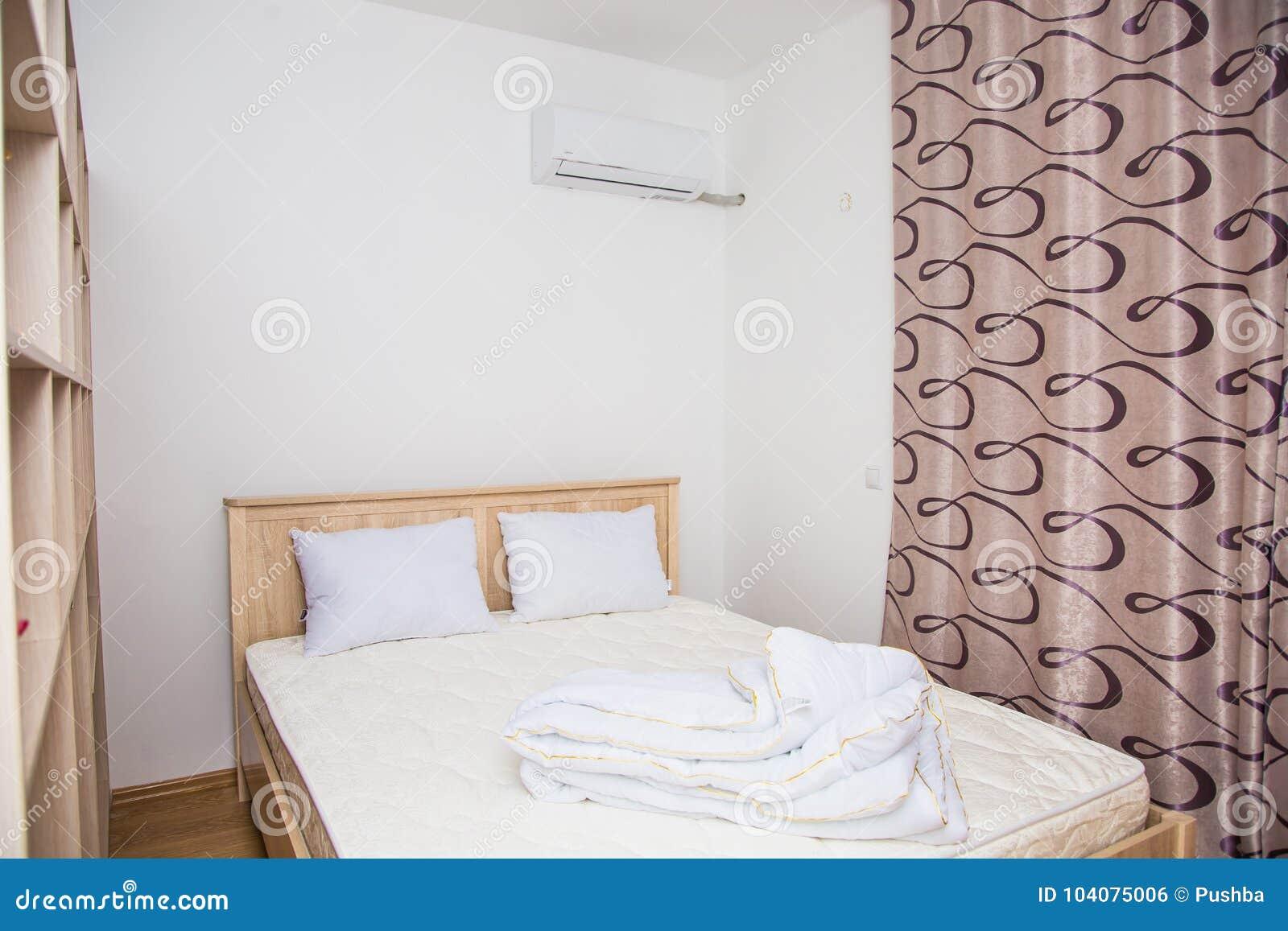 Camera Da Letto Stile Minimalista : Una camera da letto nello stile minimalista con un letto e un