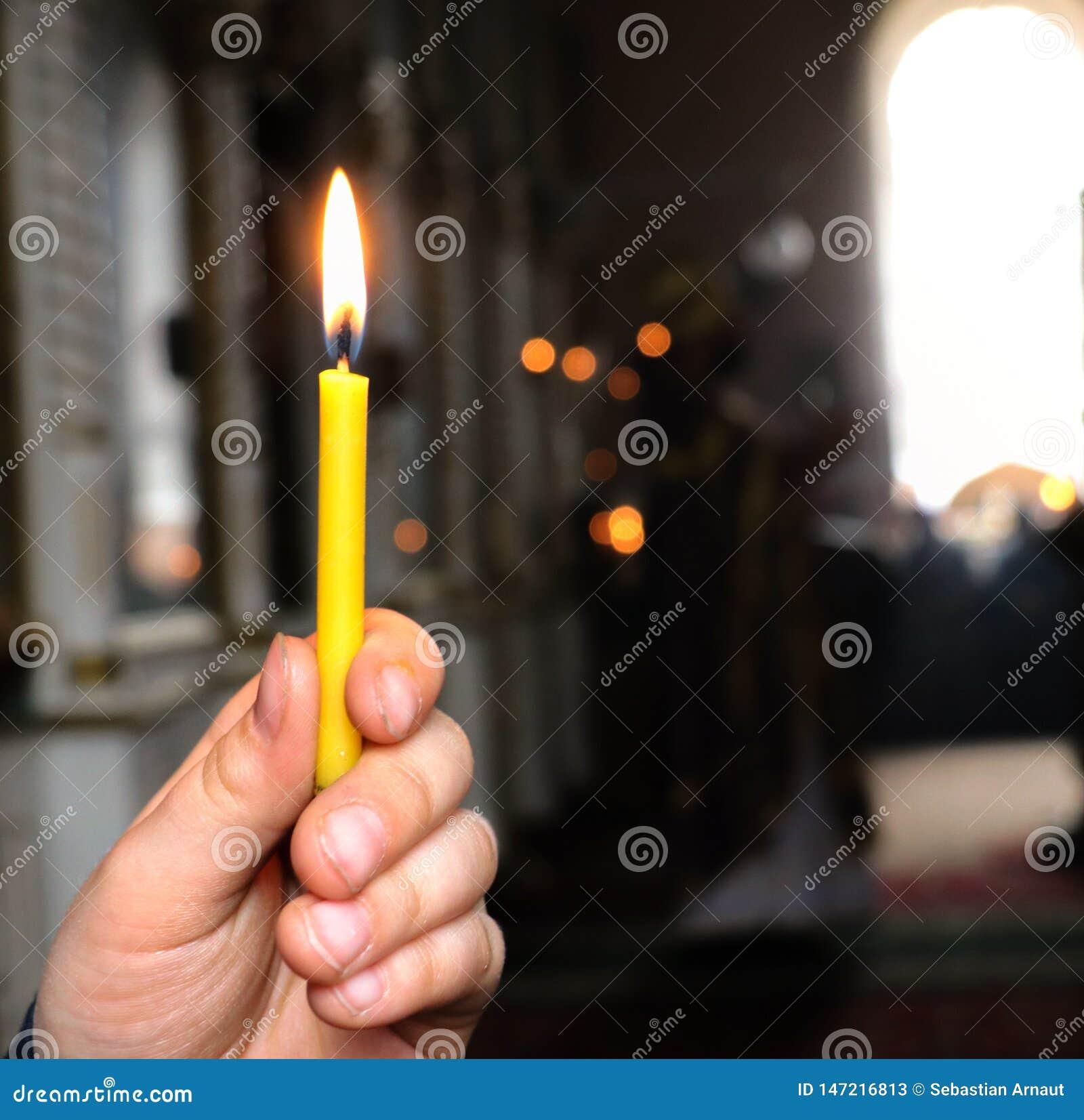 Una candela nella mano di un bambino