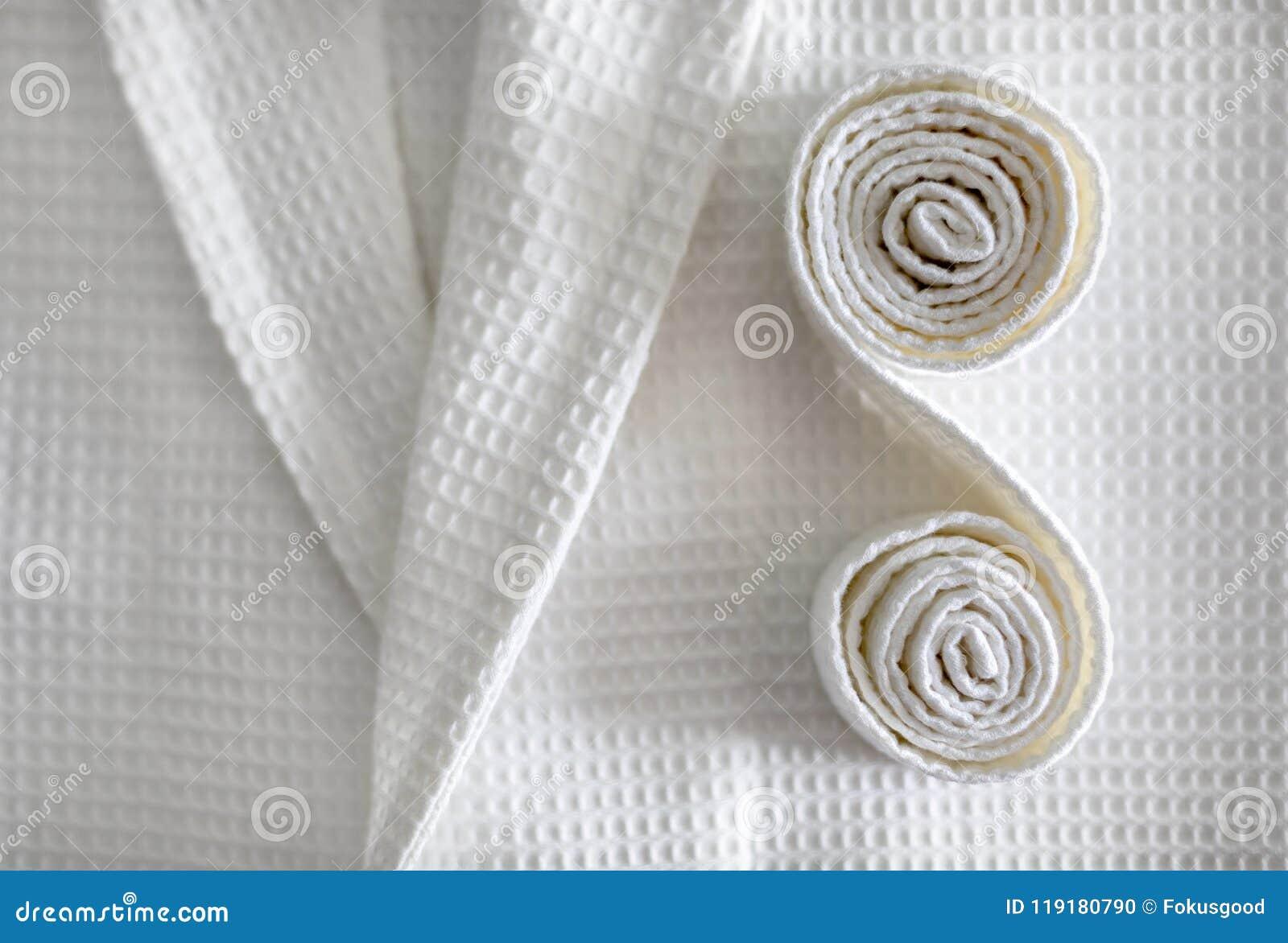 Una capa blanca y una correa de él