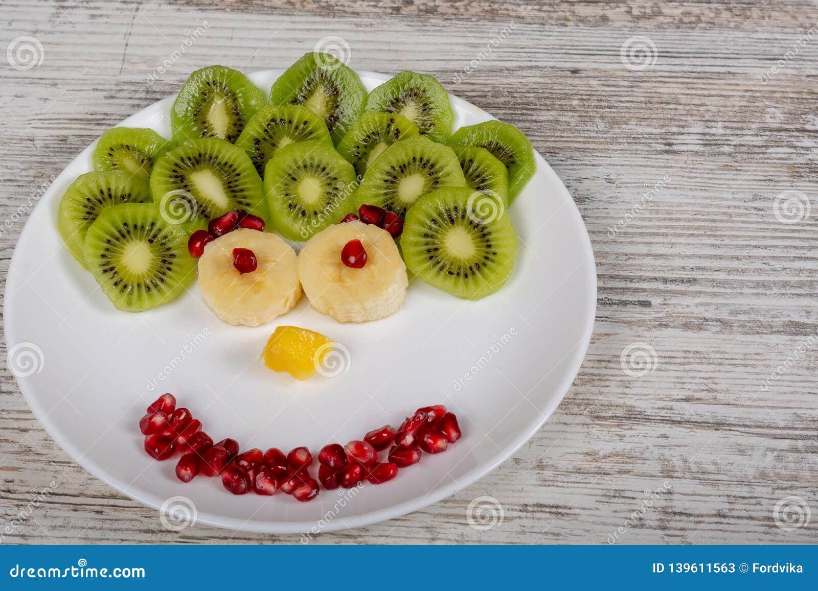 Una cara hecha de frutas en la placa