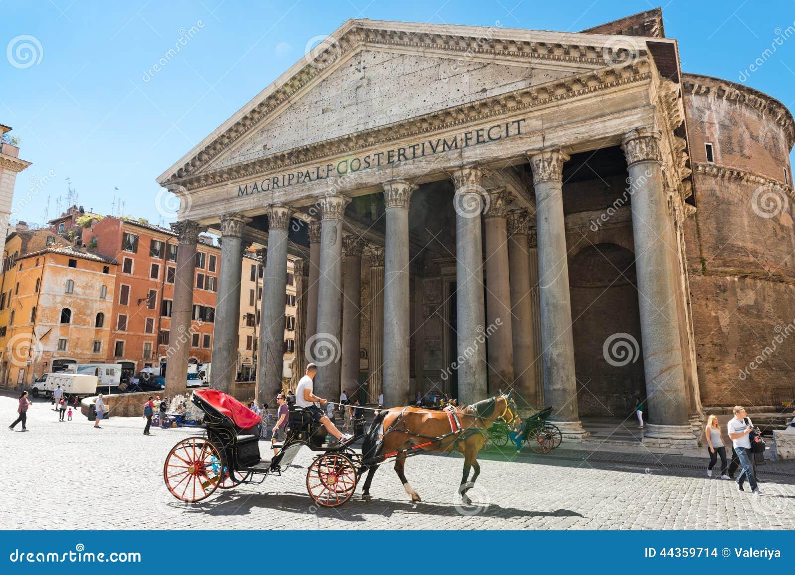 Una carrozza a cavalli davanti al panteon a Roma, Italia roma