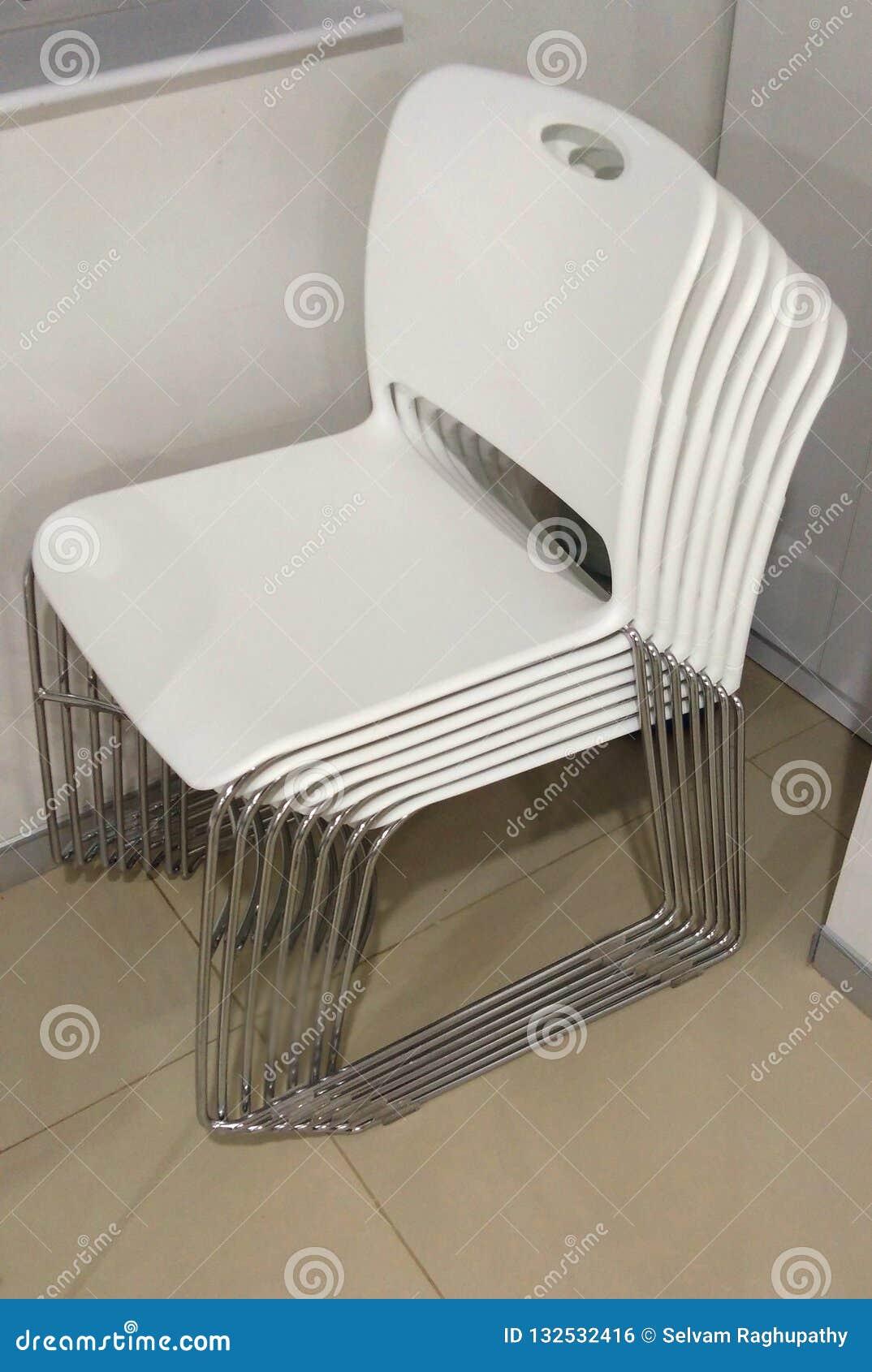 Una cartella delle sedie bianche