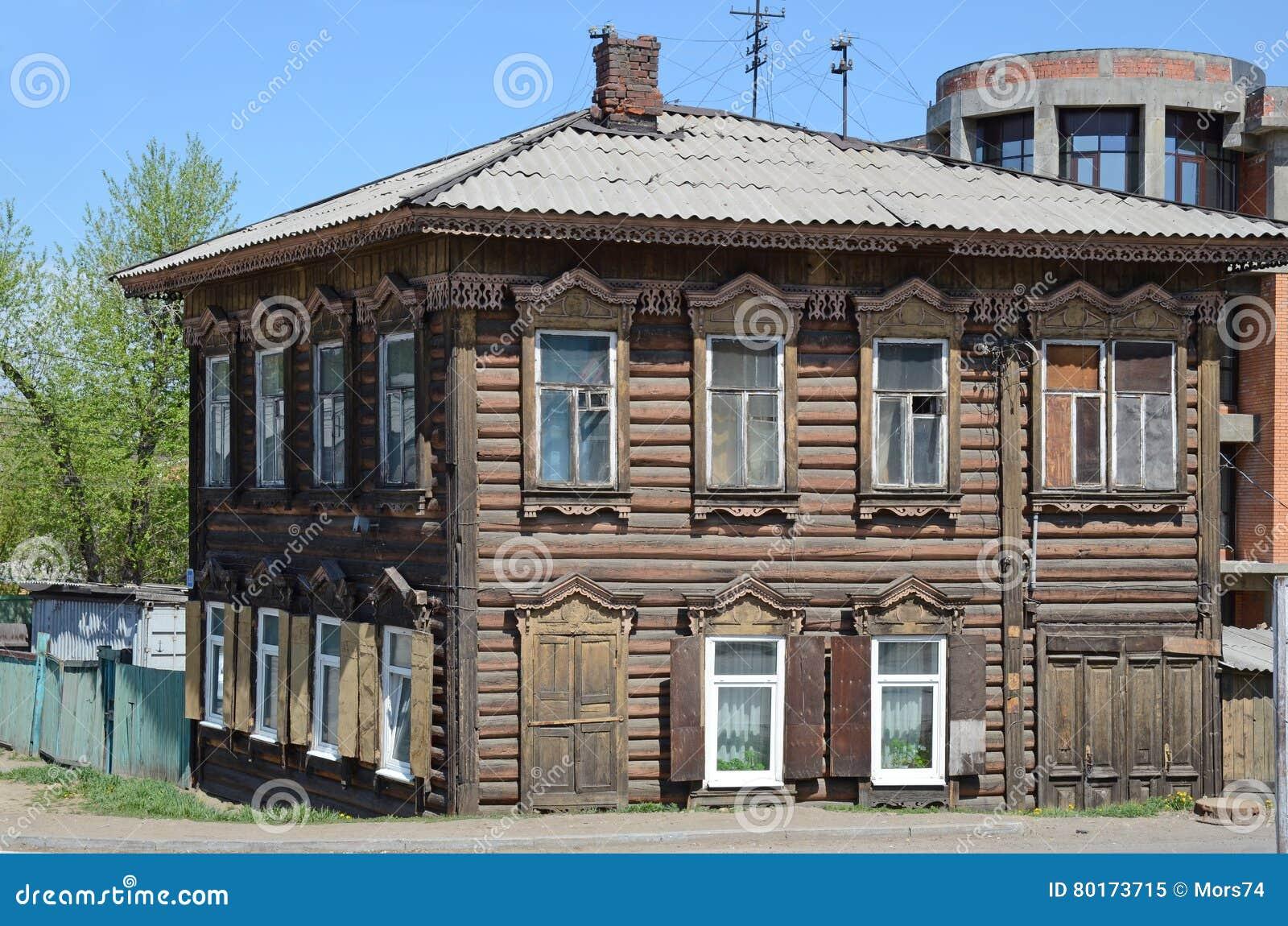 Una Casa De Madera De Dos Pisos Con Los Ornamentos Tallados Imagen