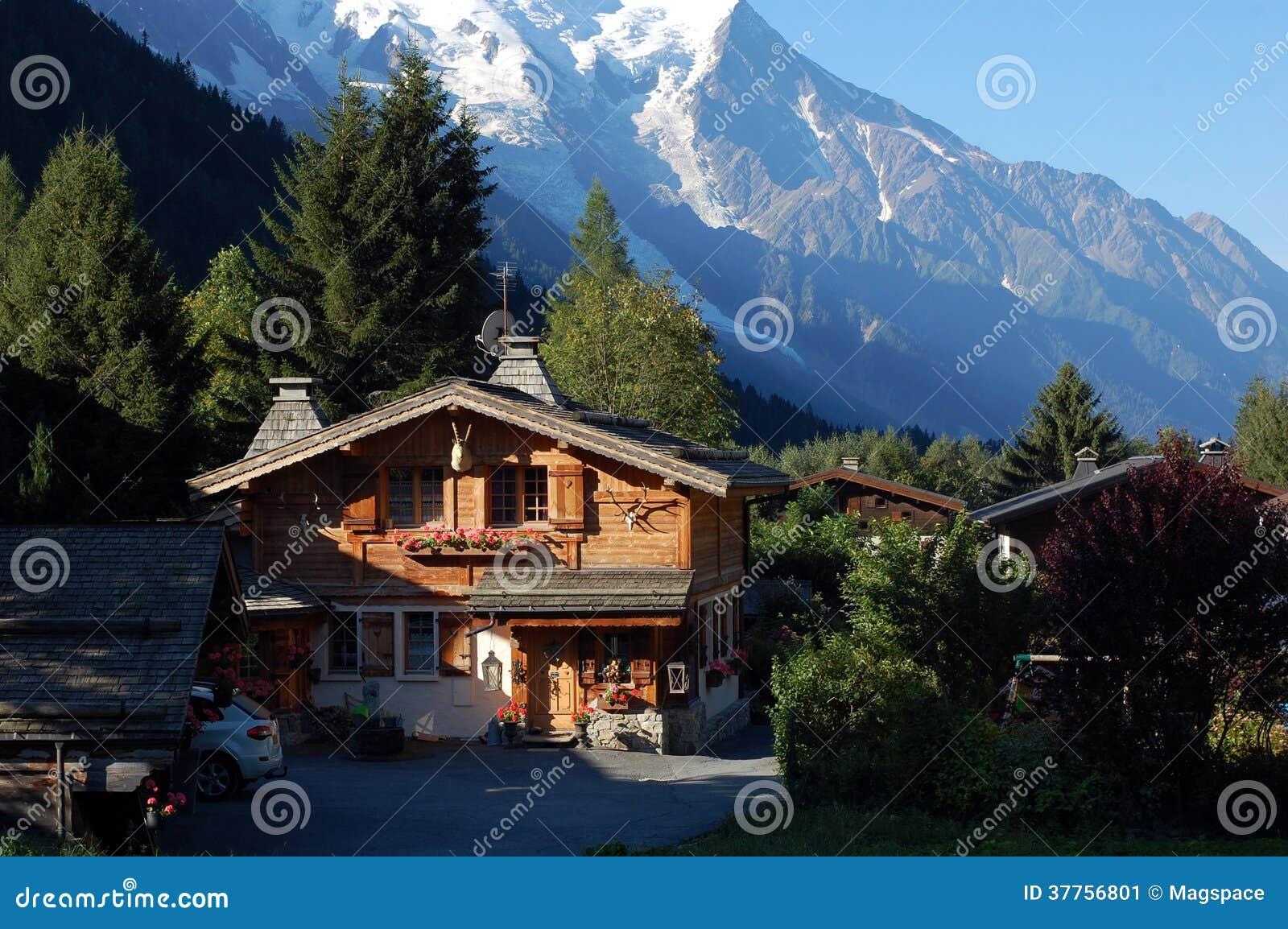 Una casa di legno piacevole della montagna immagine stock for Casa di artigiani di montagna