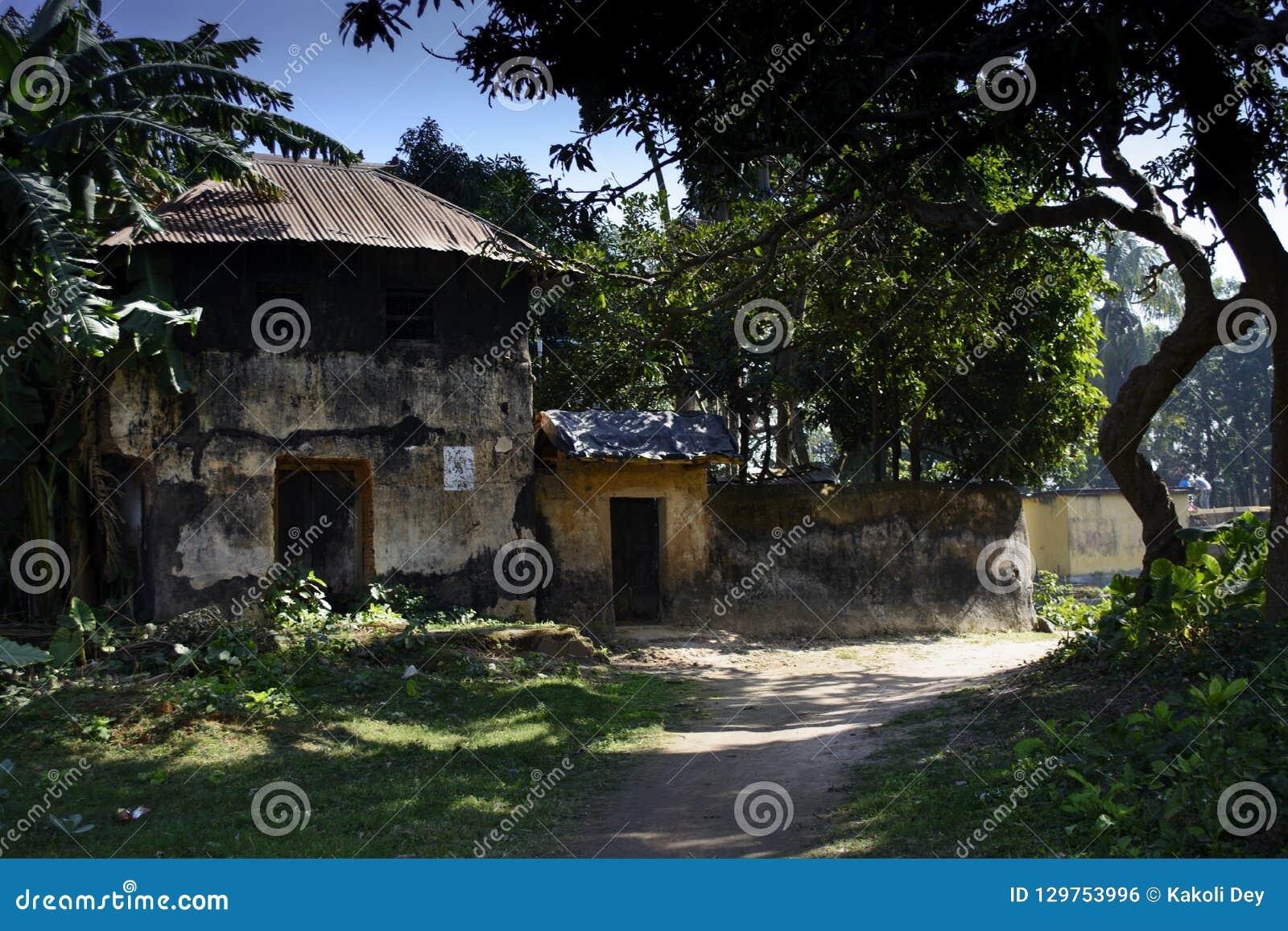 Una casa leggendaria doppia del fango nel villaggio del dighi di Jamuna, Burdwan, India