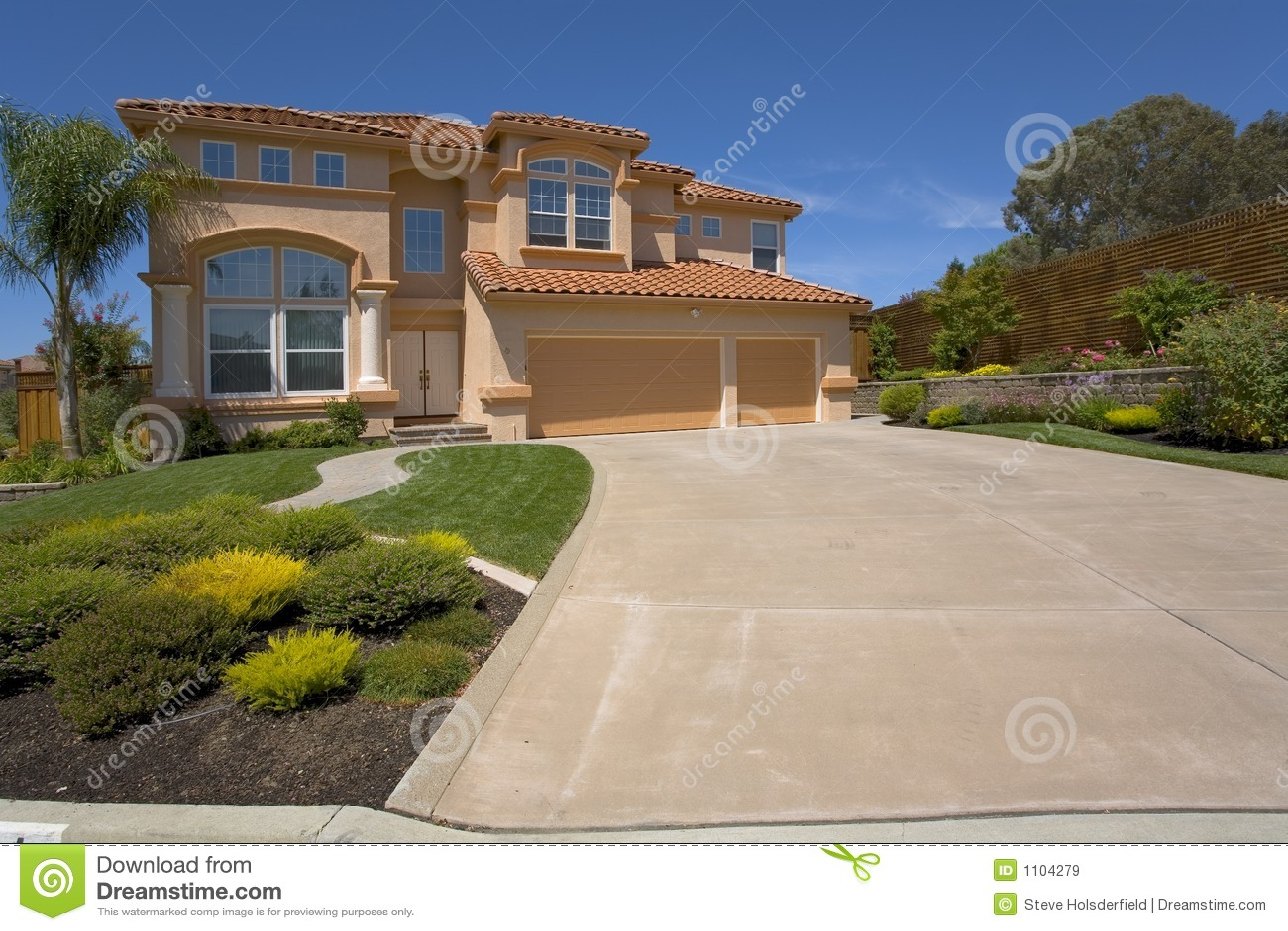 una casa mediterranea di due storie con un tetto di