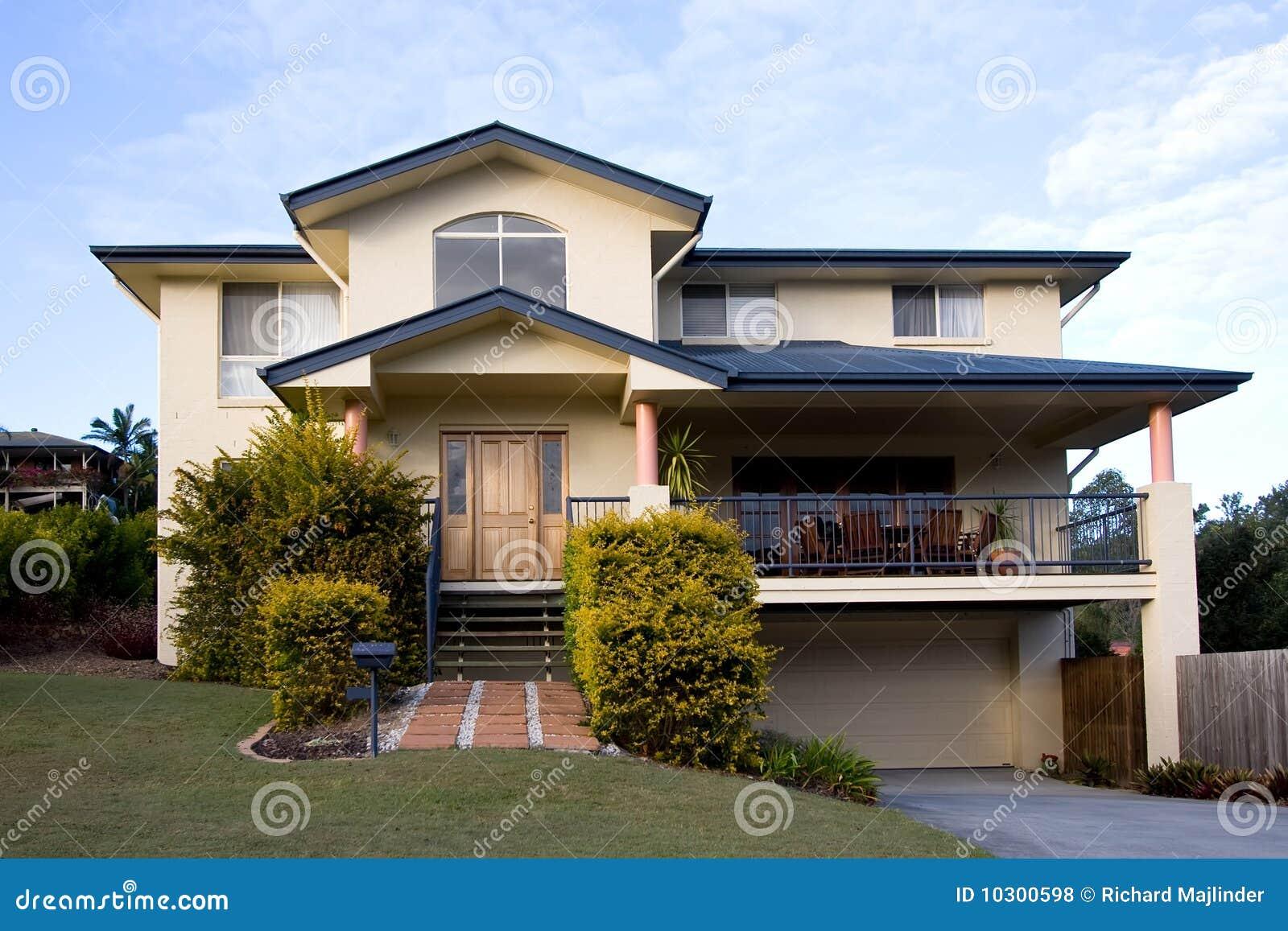 Una casa moderna dei due piani fotografia stock immagine for Piani di sauna a casa