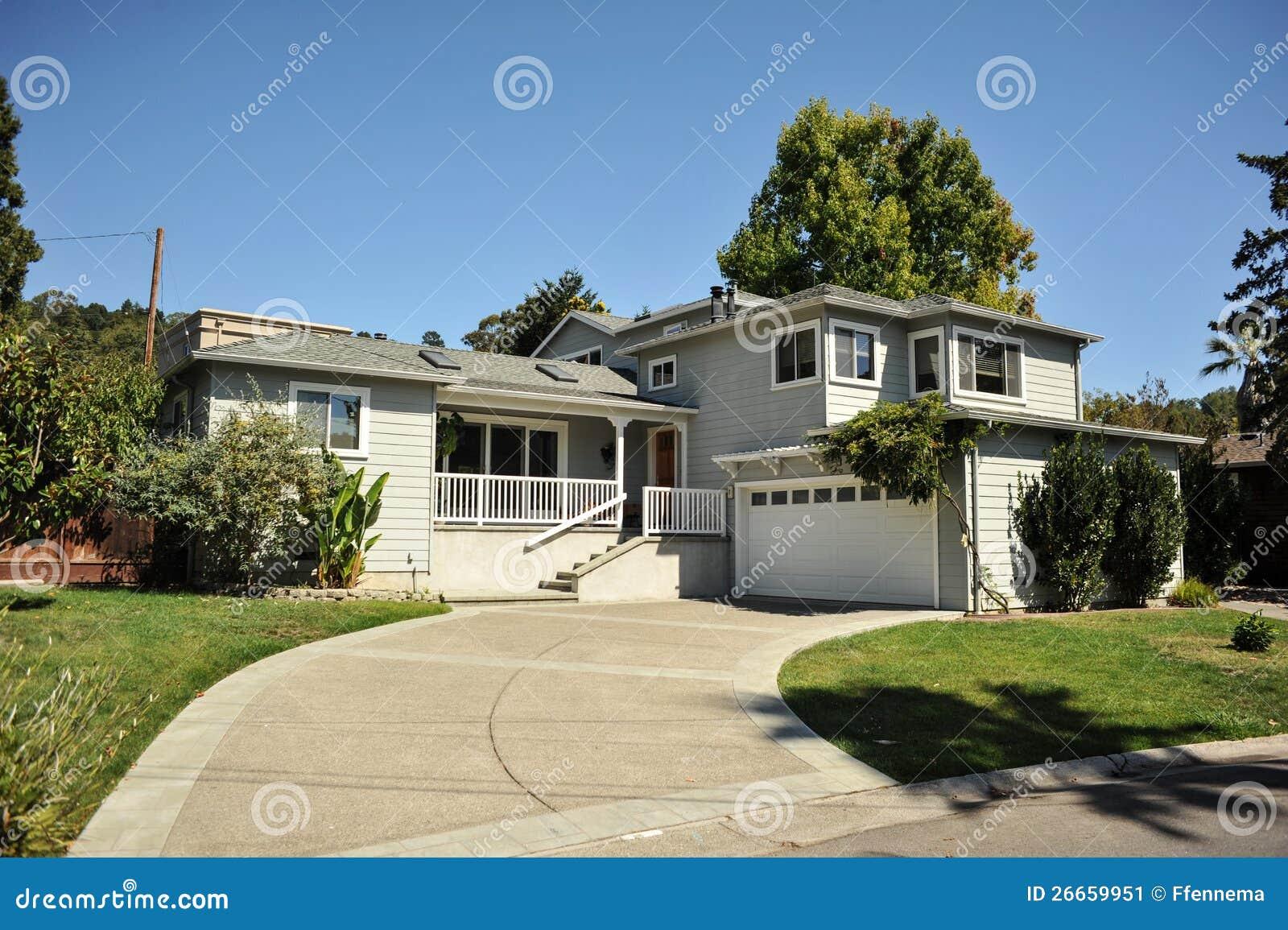Una casa unifamiliare di due storie con la strada privata for Strada privata