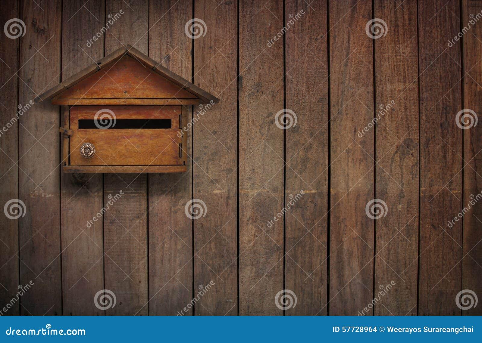 Lettere Di Legno Da Appendere : Una cassetta delle lettere su una vecchia parete di legno vecchia