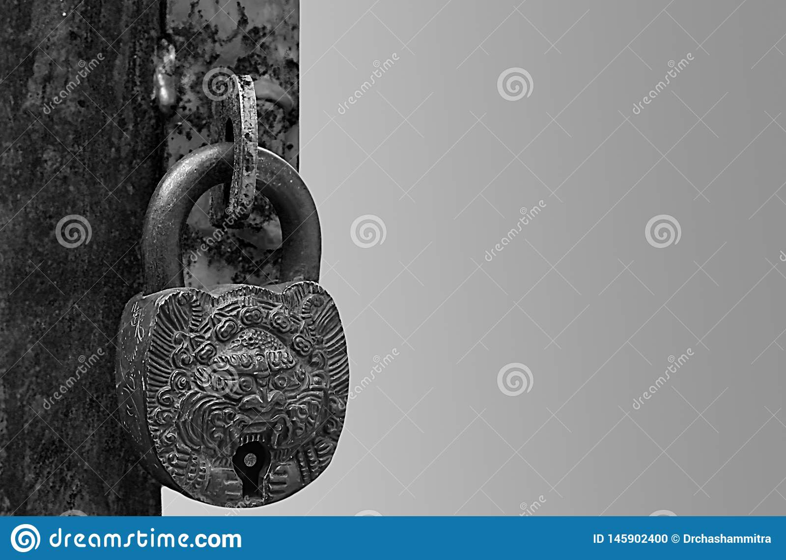 Una cerradura antigua en una manija aherrumbrada en blanco y negro