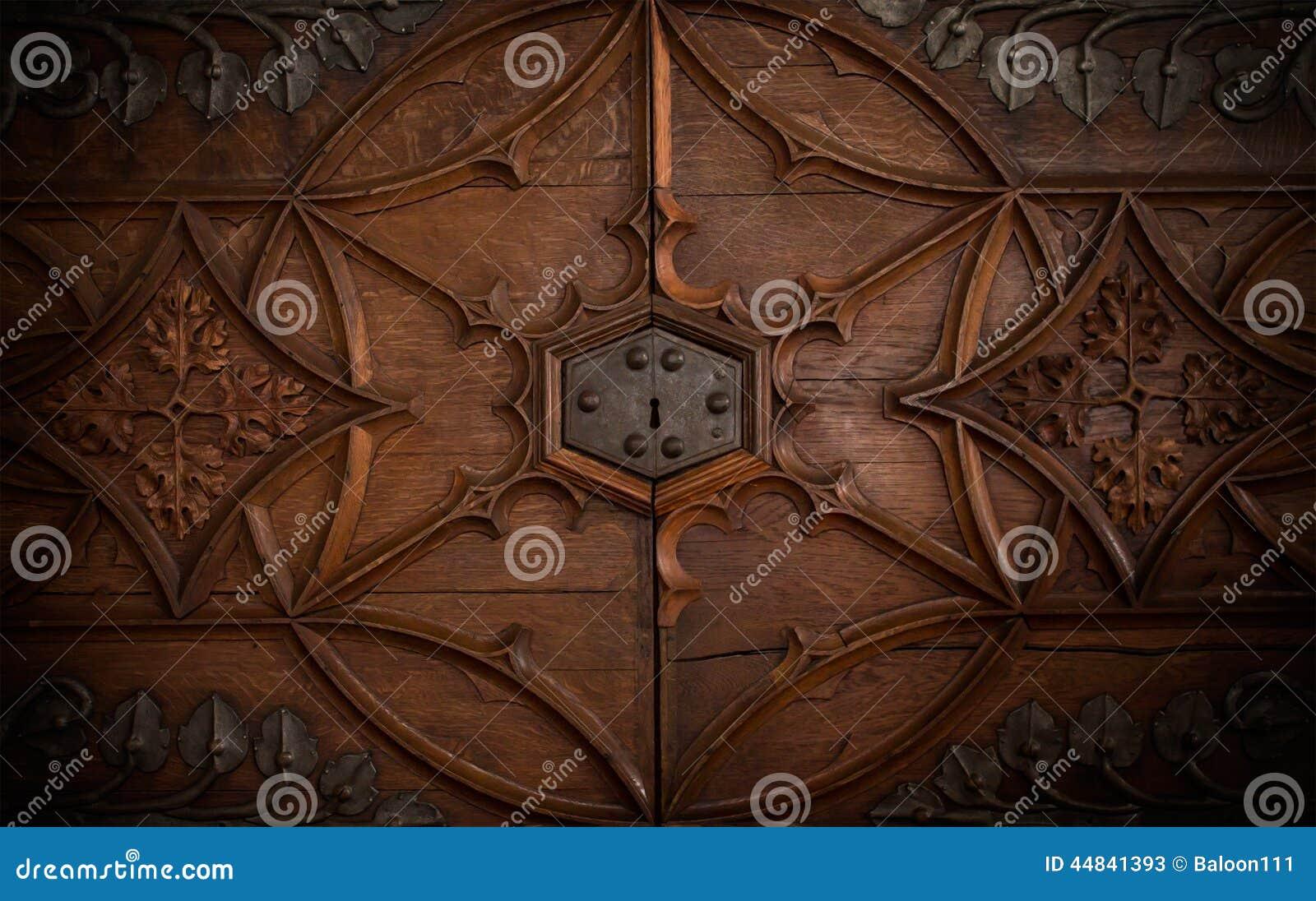 Una cerradura en una puerta vieja del pecho