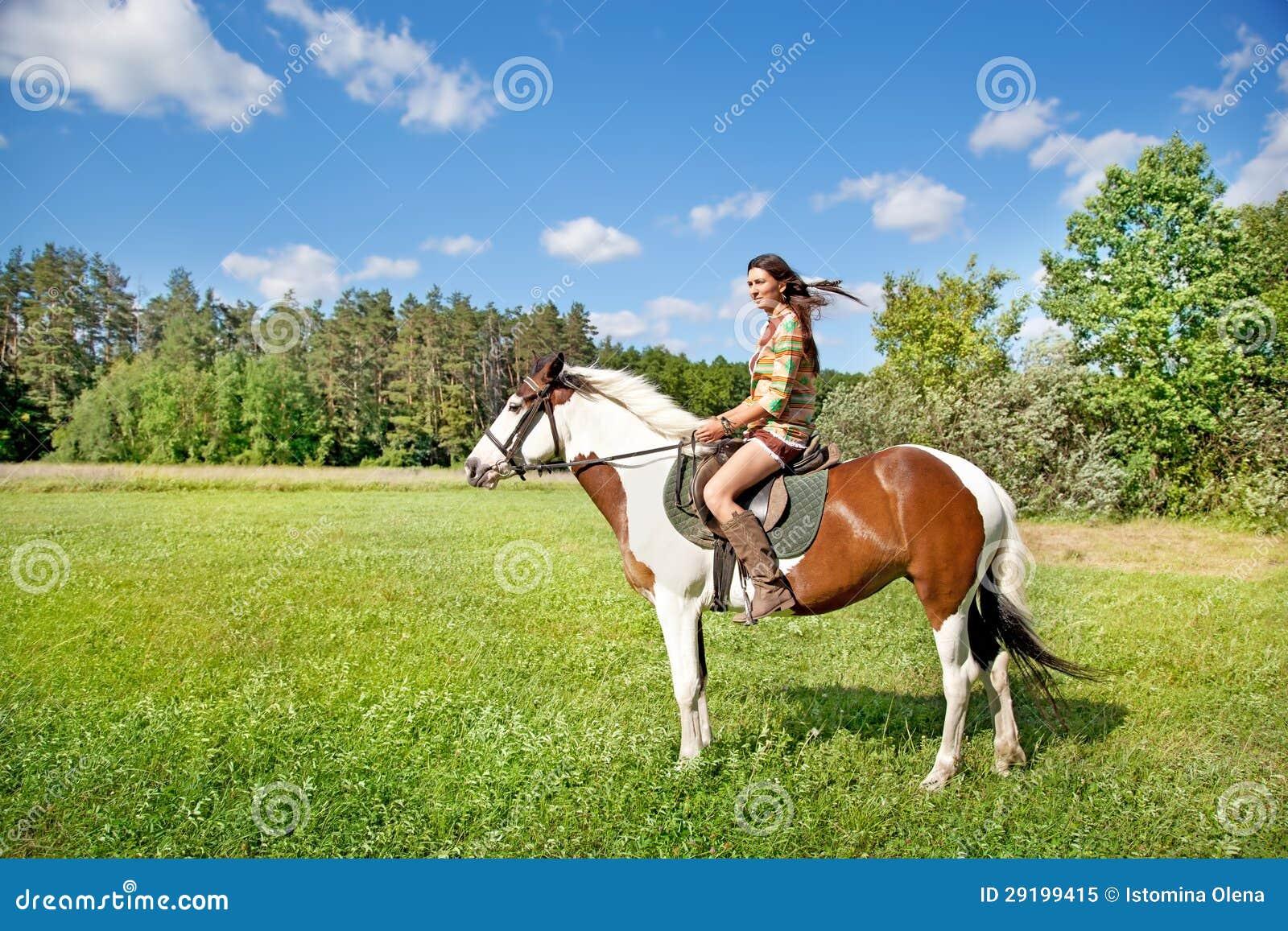 Una chica joven monta un caballo de la pintura