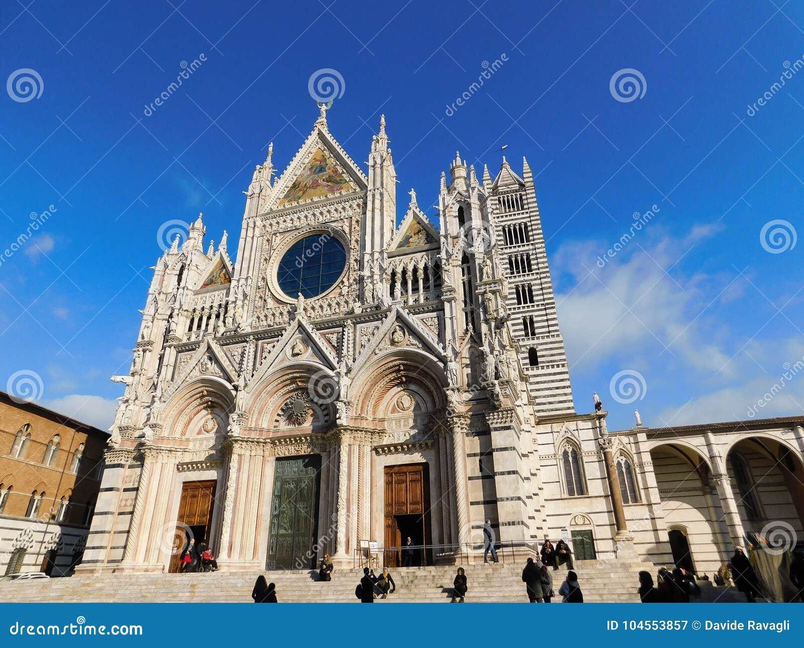 Una chiesa a Siena, Italia