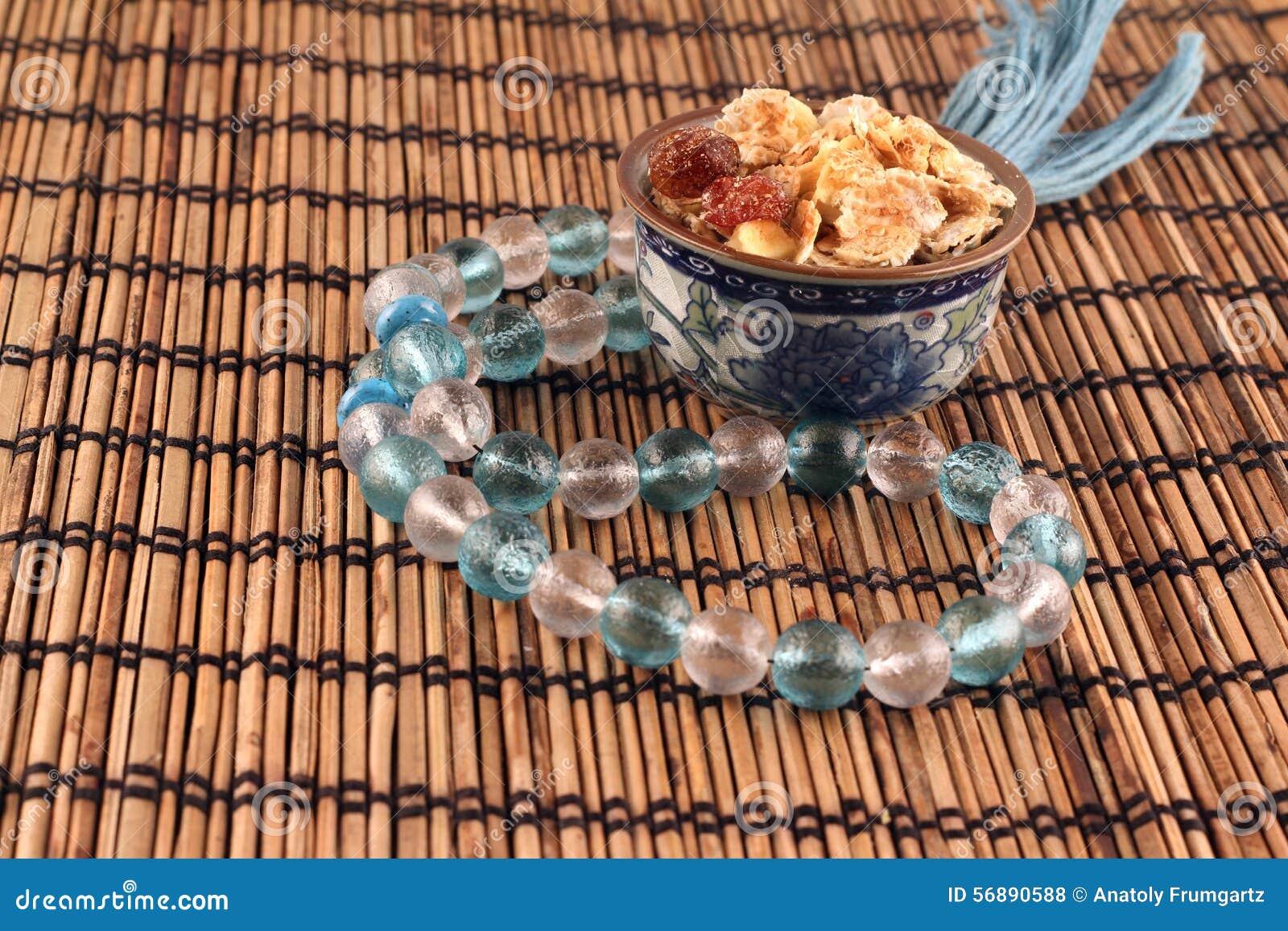 Una ciotola di fiocchi di granturco e serie di perle