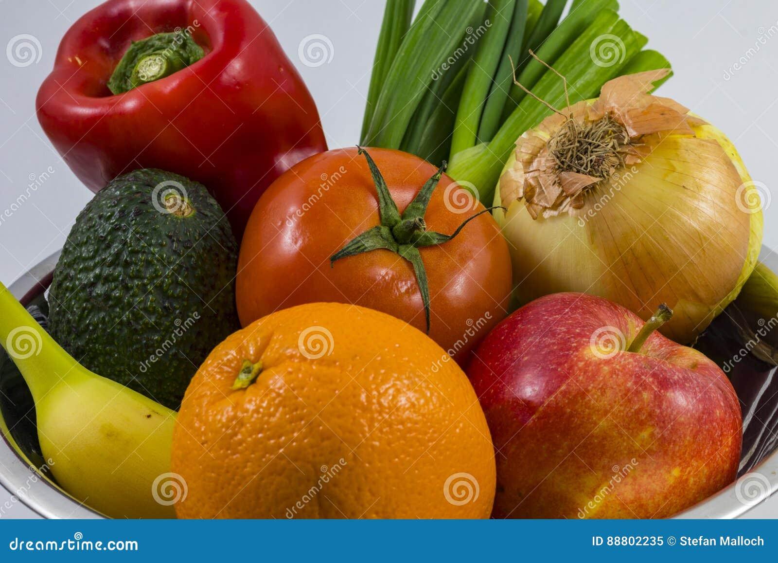 Una ciotola di frutti e di verdure