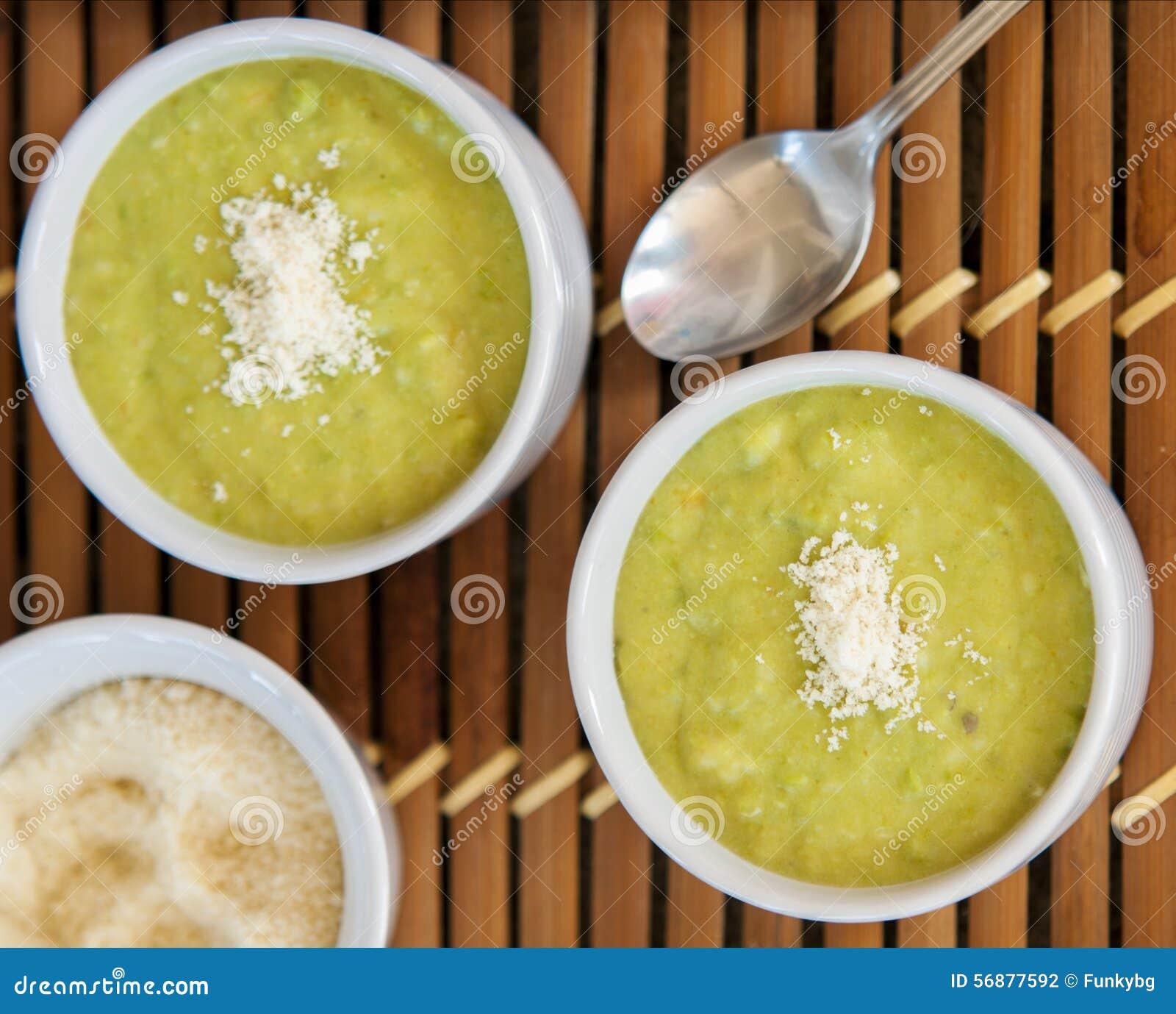 Una ciotola di a strati, fresca, minestra di piselli
