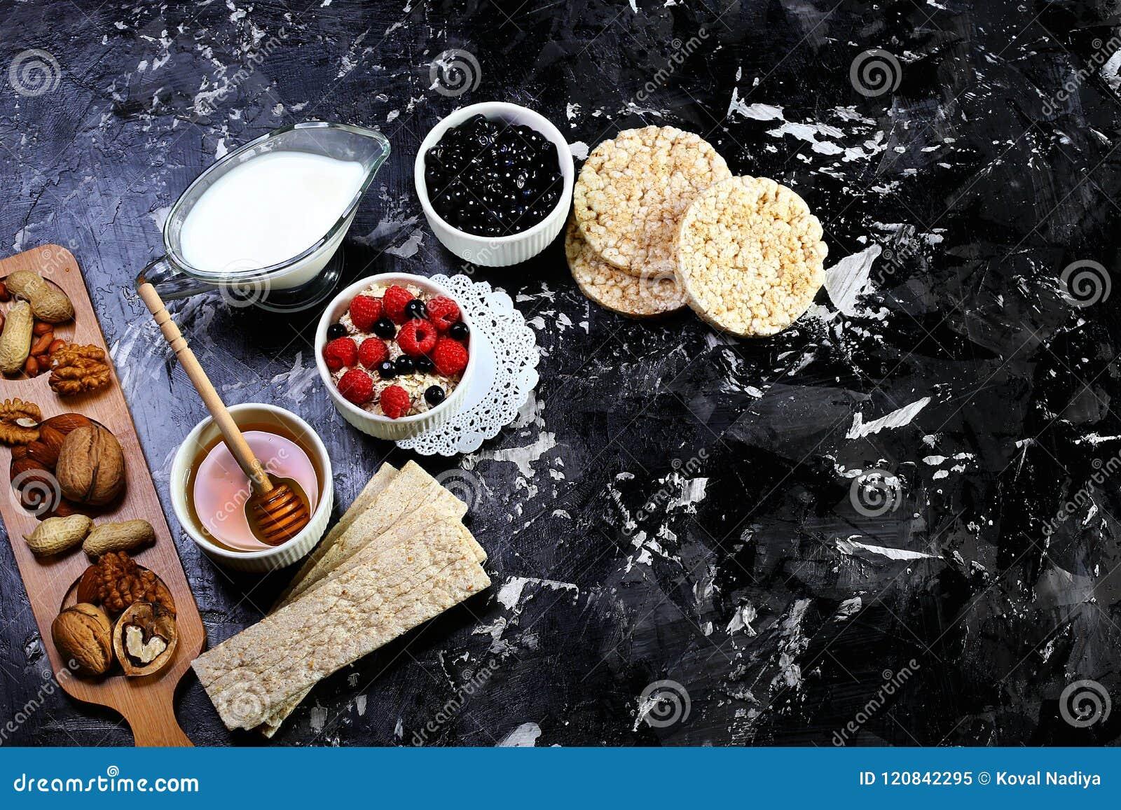 Una ciotola sana della prima colazione Intero cereale del grano con i mirtilli ed i lamponi freschi su fondo rustico Vista superi