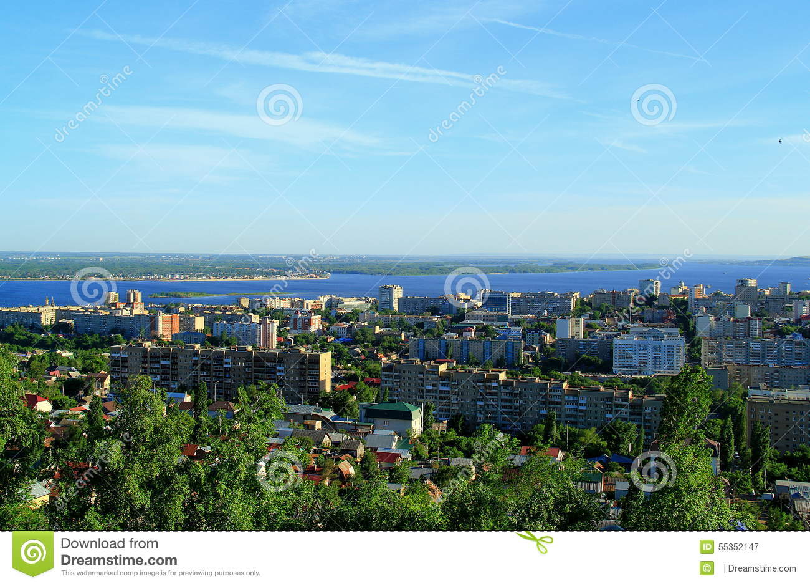 Una città sulla banca del fiume Volga