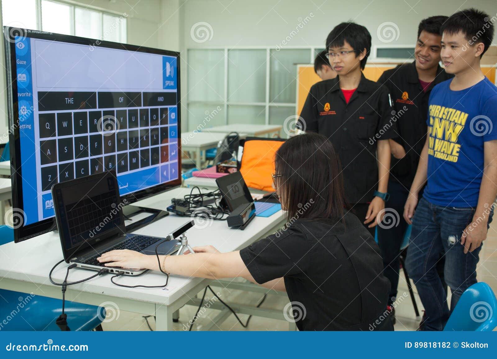 Una clase de estudiantes de la High School secundaria estudia electrónica y la robótica