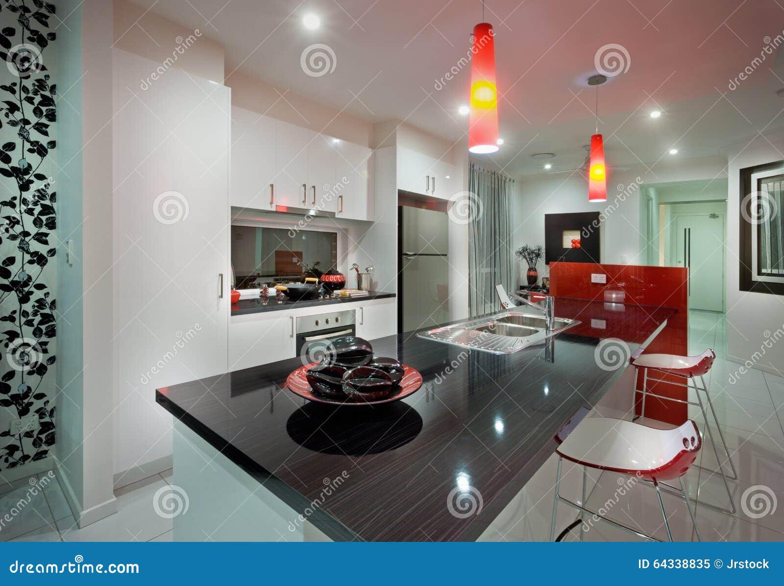 Una Cocina Con La Mesa De Comedor Y La Silla Roja Hermosa Imagen de ...
