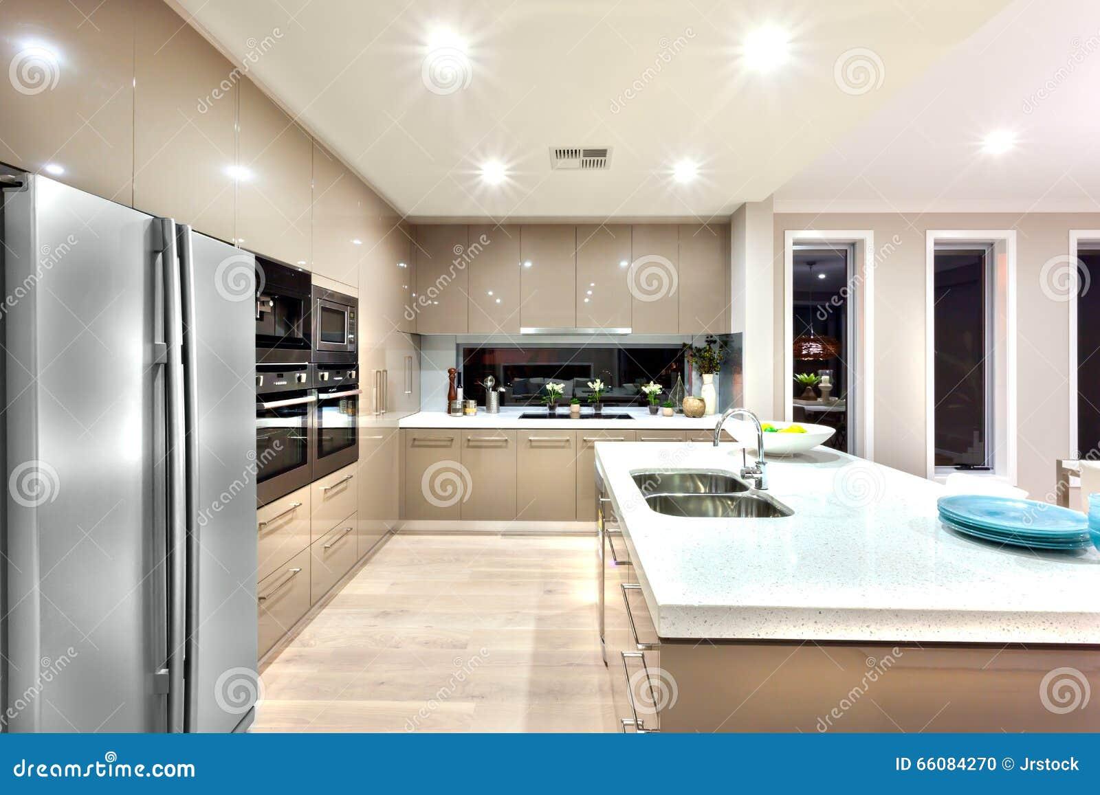 Una cocina moderna con el refrigerador y fijada a la pared for Cocina y refrigerador juntos