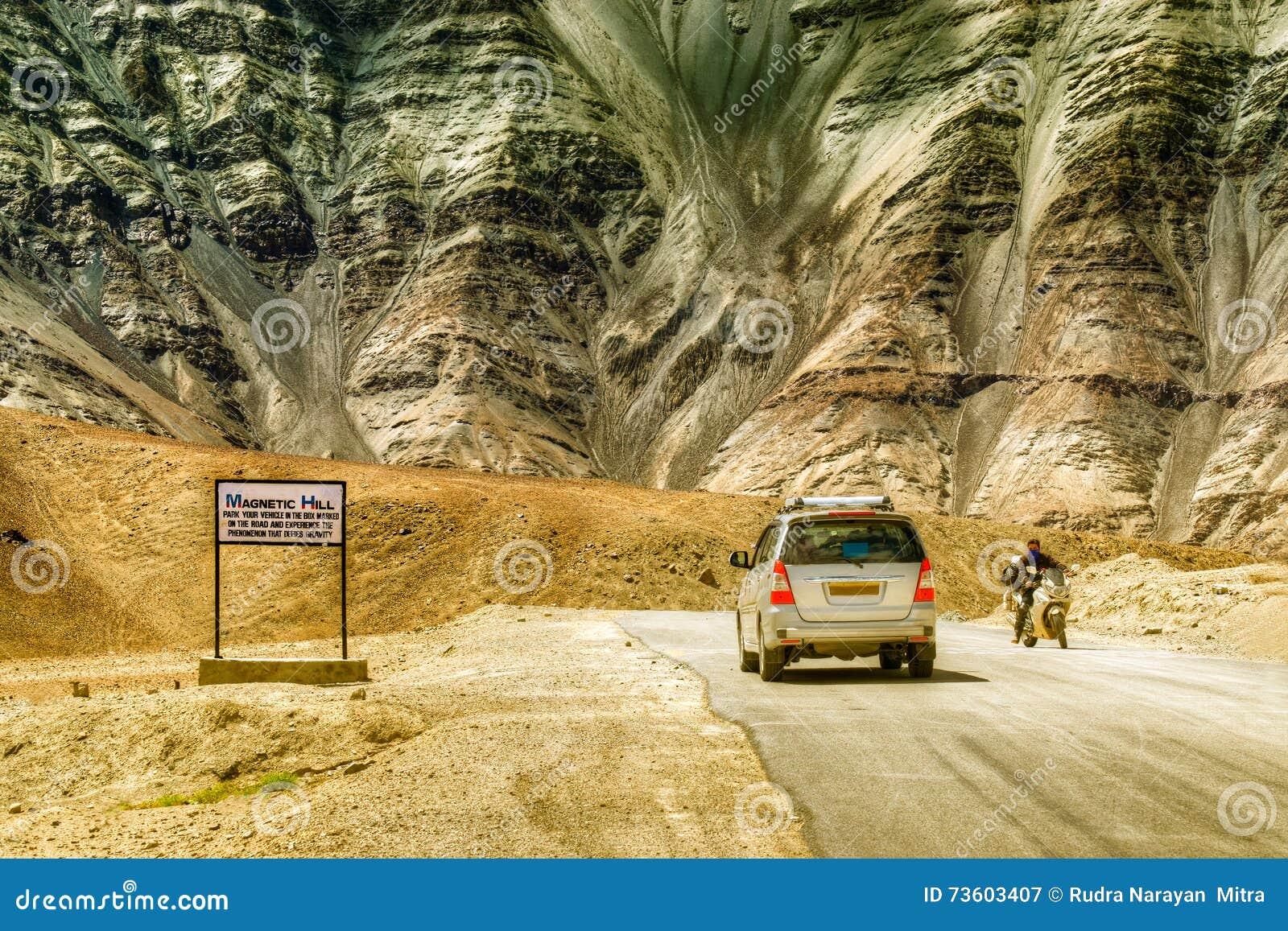 Una colina de la gravedad donde los coches despacio se dibujan contra gravedad se conoce famoso como colina magnética