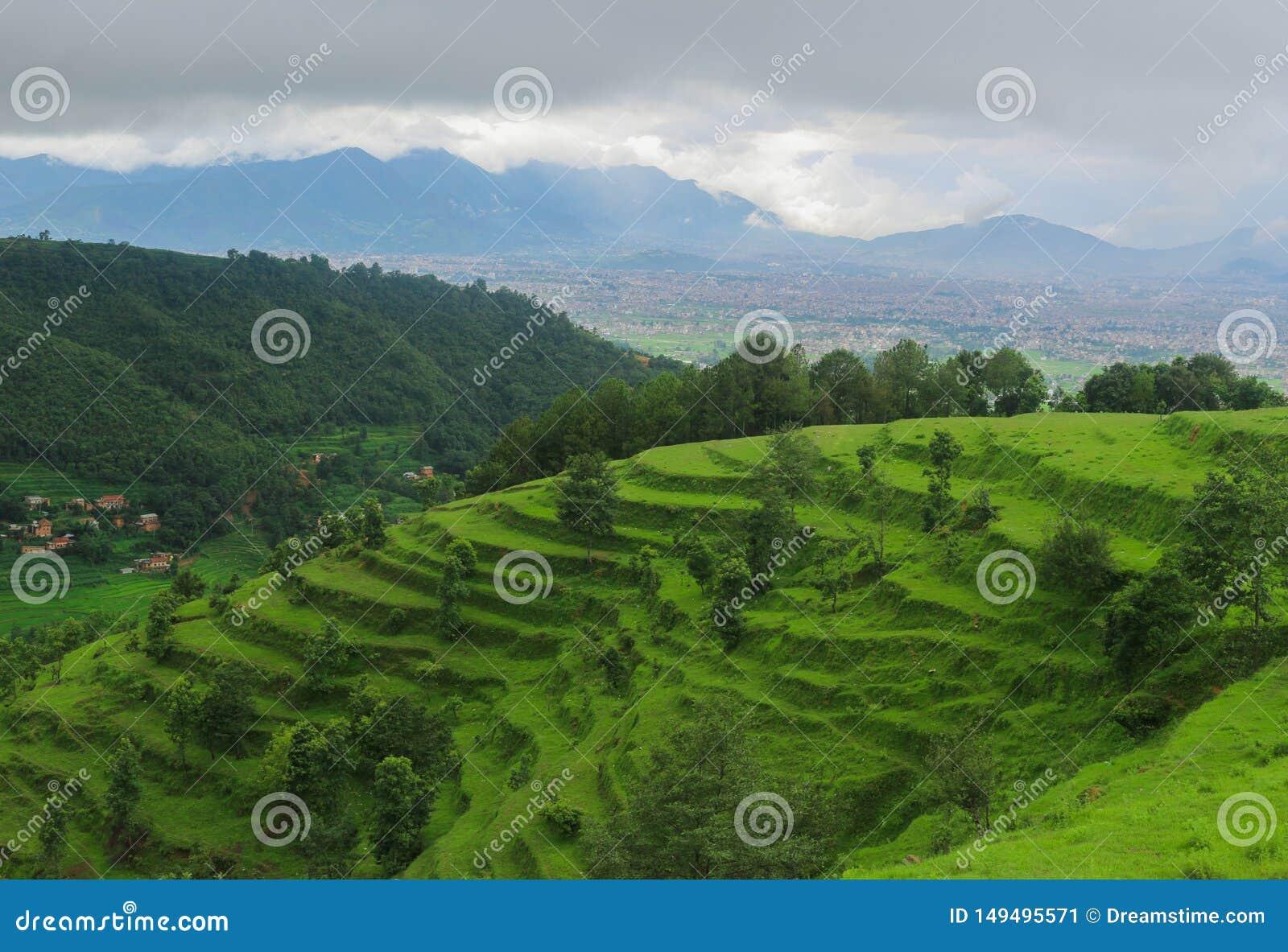 Una collina che mostra la bellezza della valle