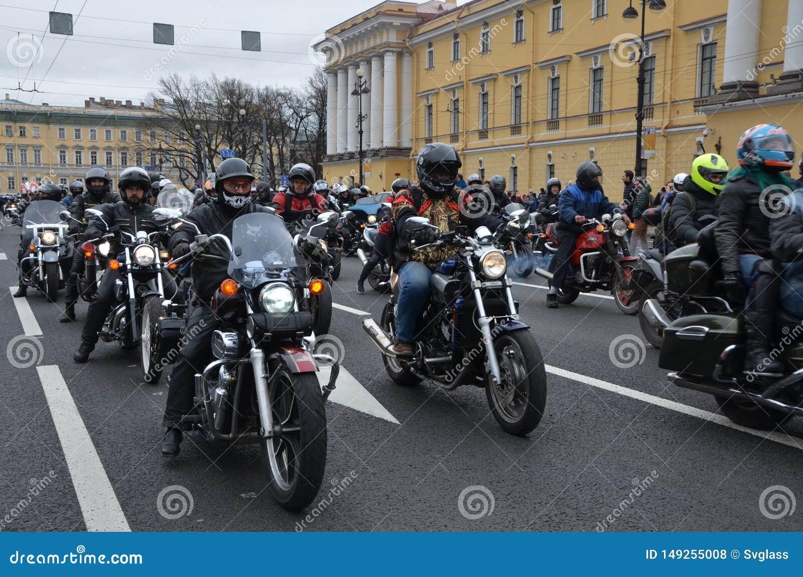 Una colonna dei motociclisti