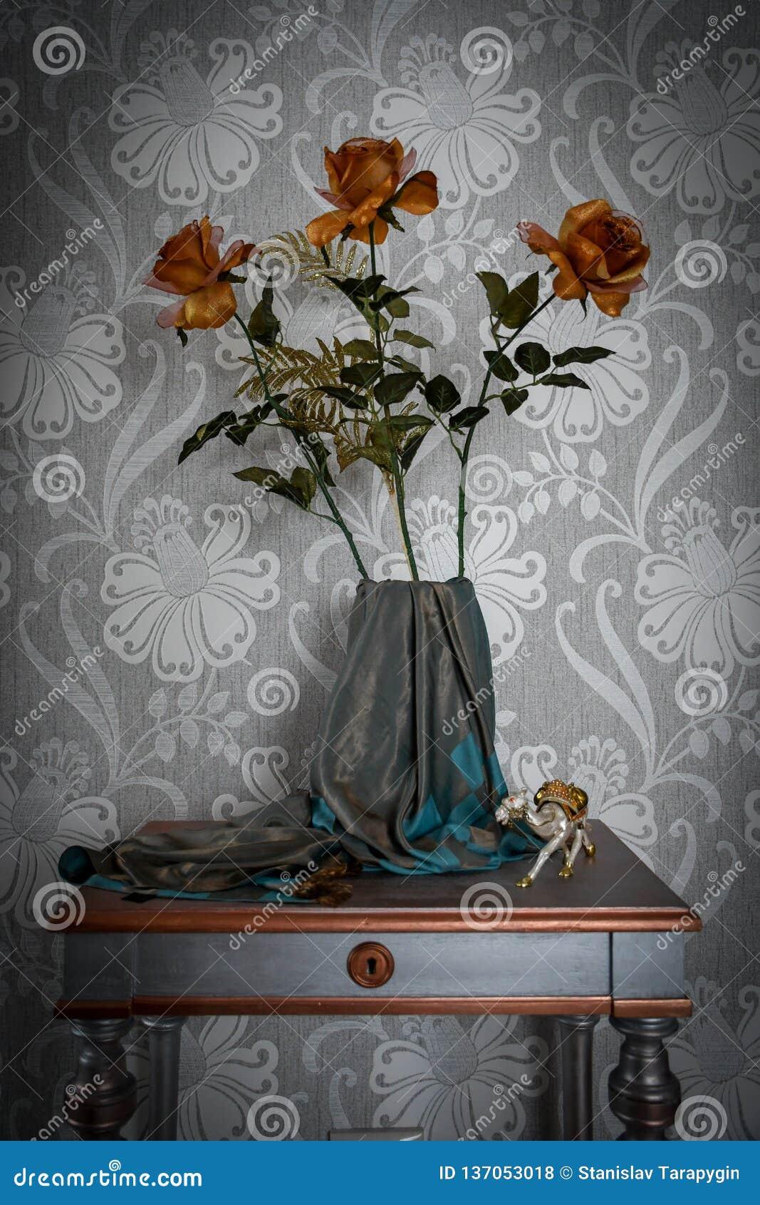 Una composición simple de flores y de cajas