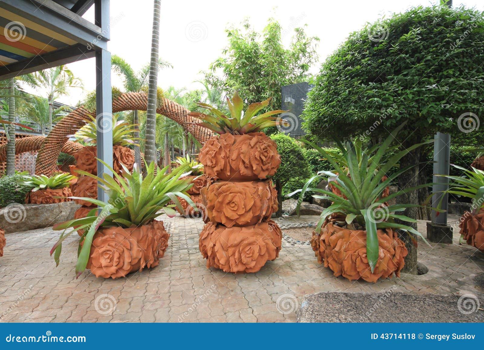 Una composizione dei vasi con i fiori nel giardino - Composizione giardino ...