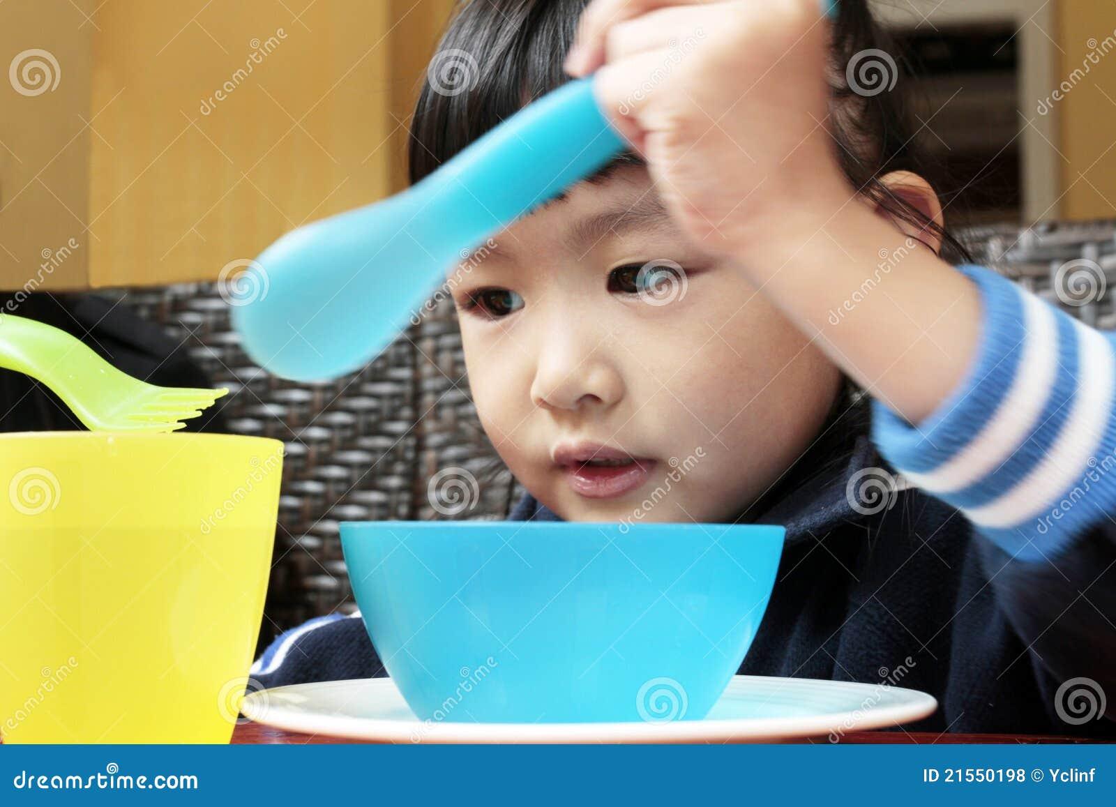 Una concentrazione di 5 anni del bambino dell asiatico