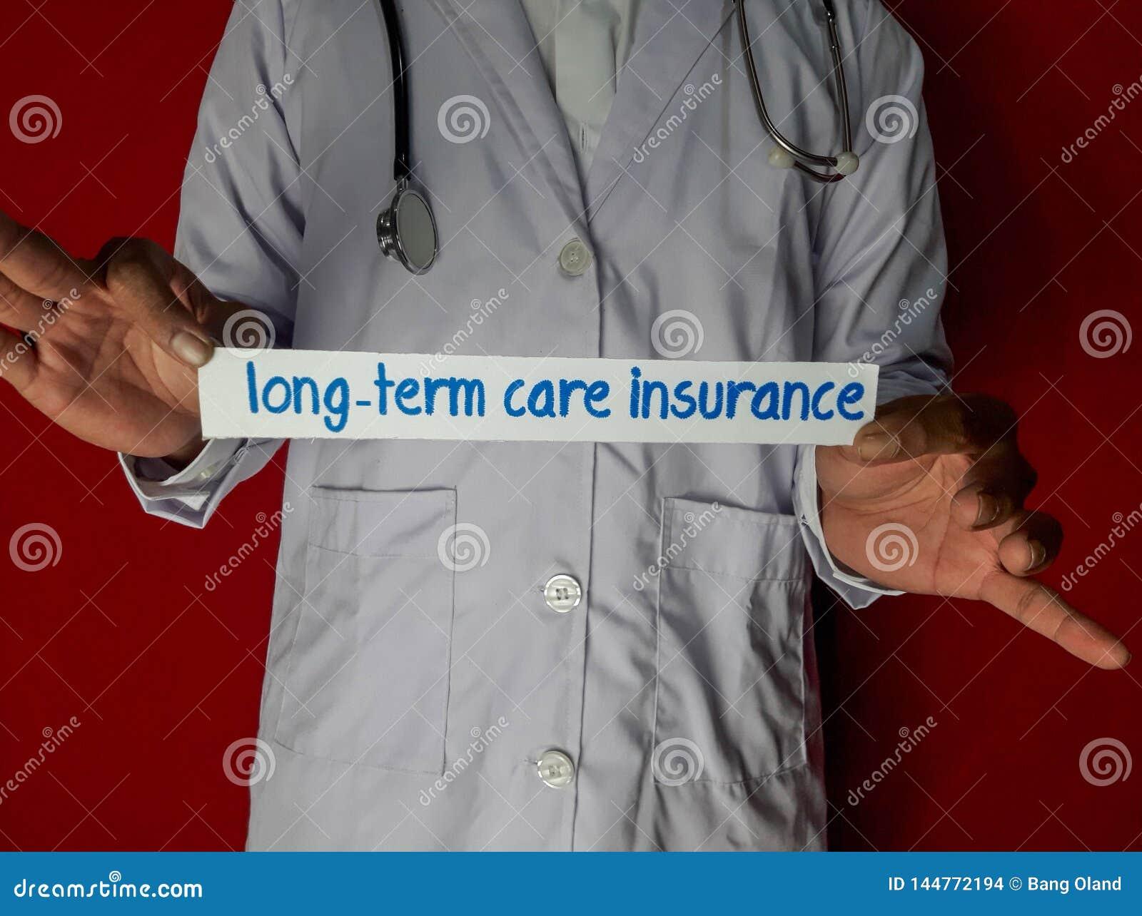 Una condizione di medico, tiene il testo della carta di assicurazione di cura a lungo termine su fondo rosso