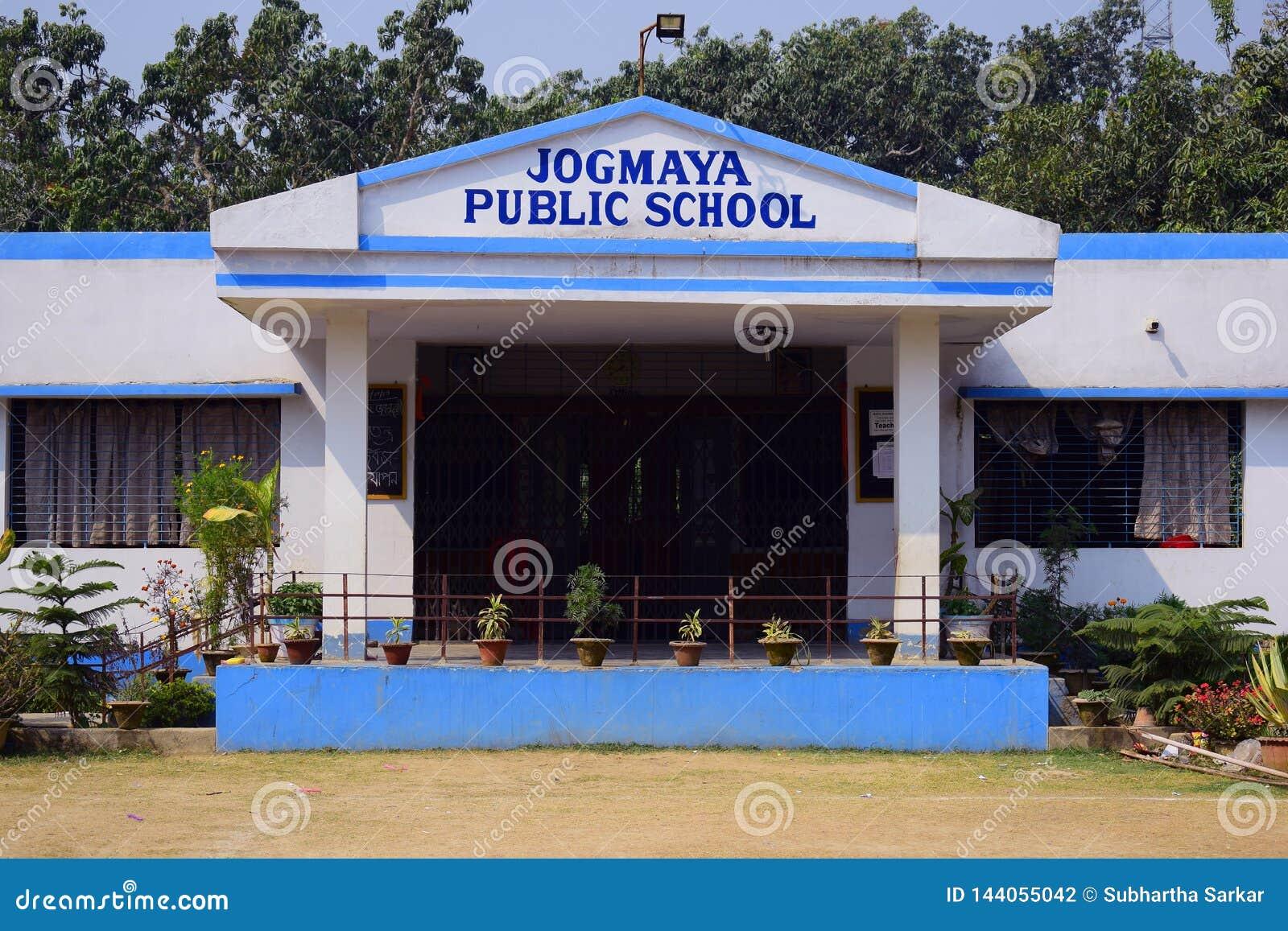 Una construcción de escuelas de la guardería con una vista delantera