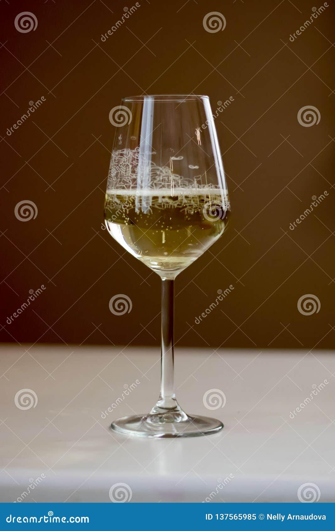 Una copa de vino que se coloca en una tabla
